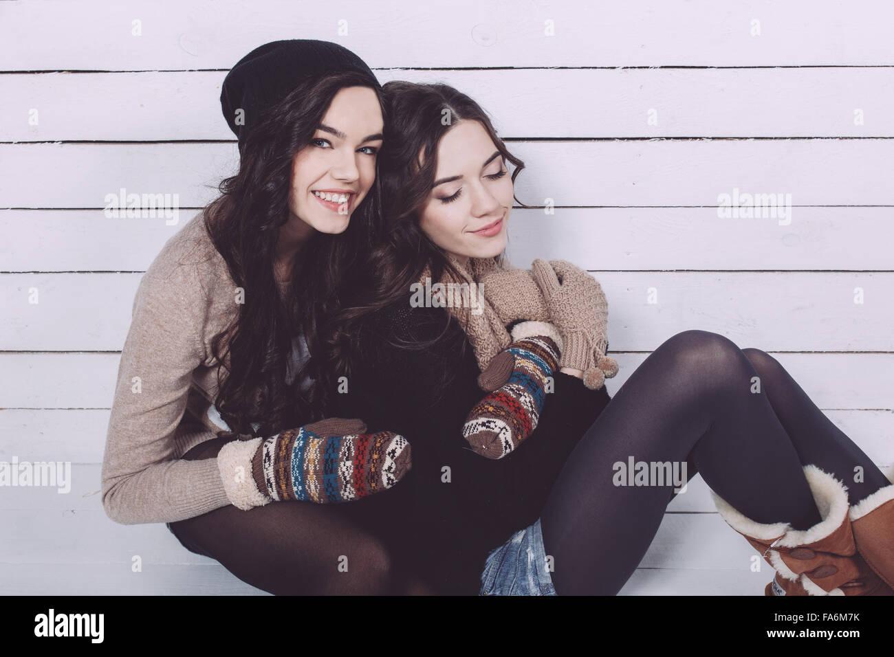 Niedliche Mädchen umarmt Stockfoto