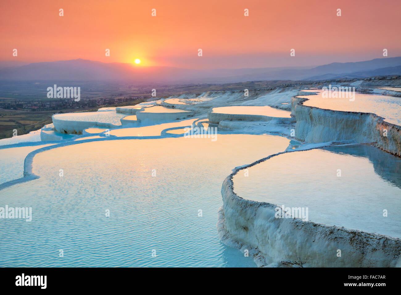 Landschaft bei Sonnenuntergang Pamukkale - Terrassen von Carbonat Mineralien links durch das fließende Wasser, Stockbild