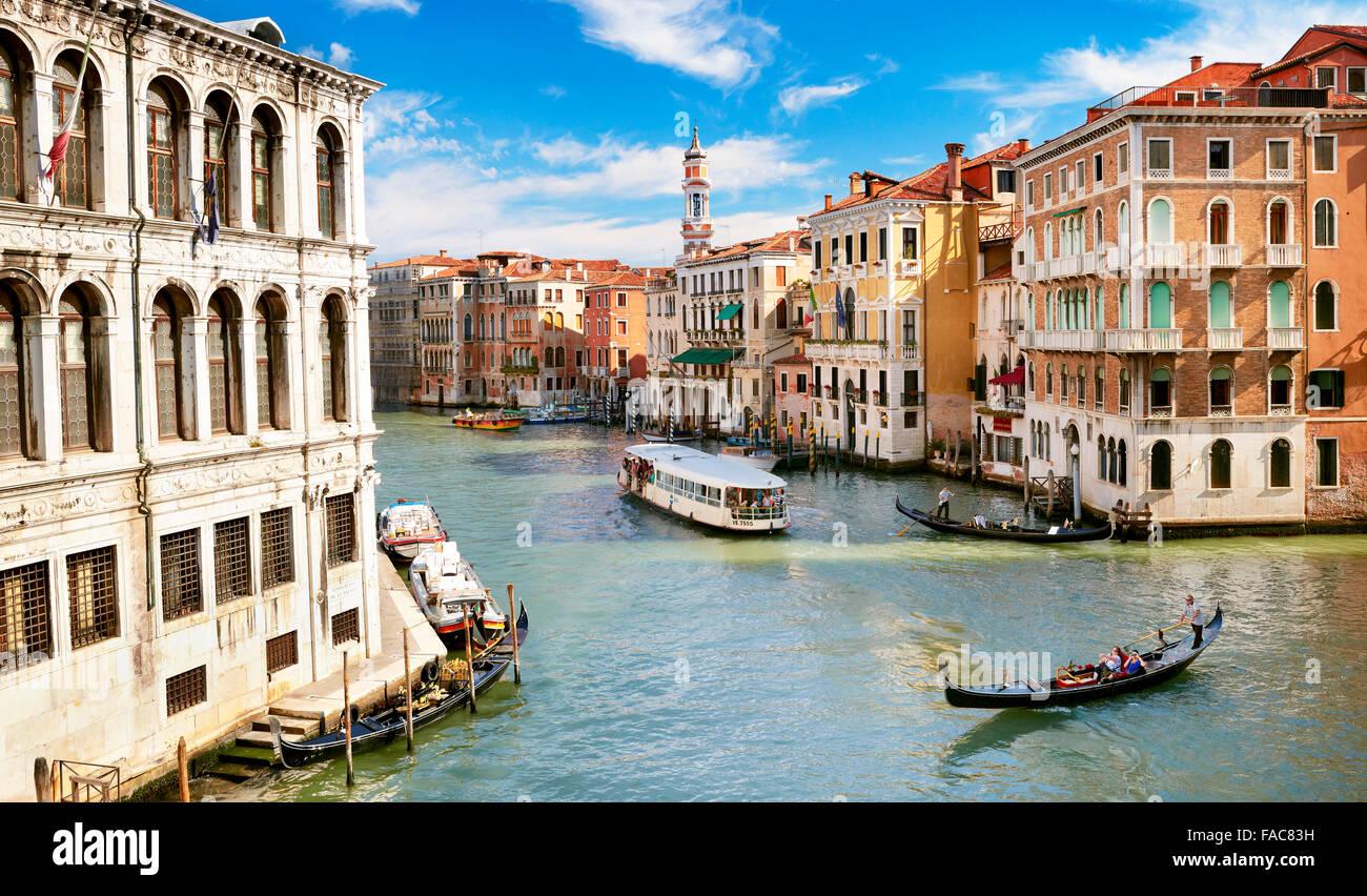 Gondel und Wasserbus am Canale Grande (Canal Grande), Venedig, Italien, UNESCO Stockbild