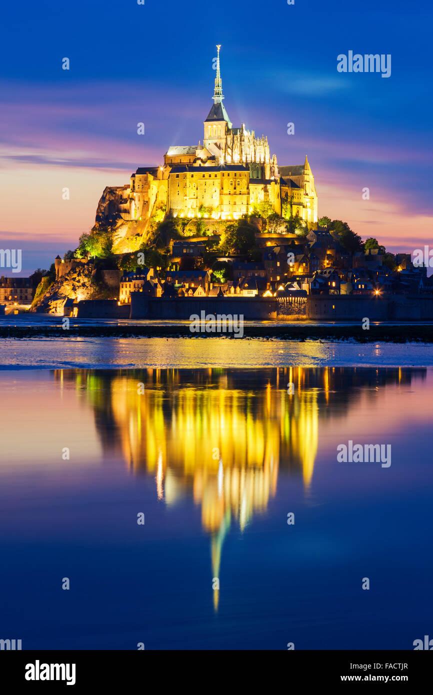 Ansicht des berühmten Mont-Saint-Michel bei Nacht, Frankreich. Stockbild