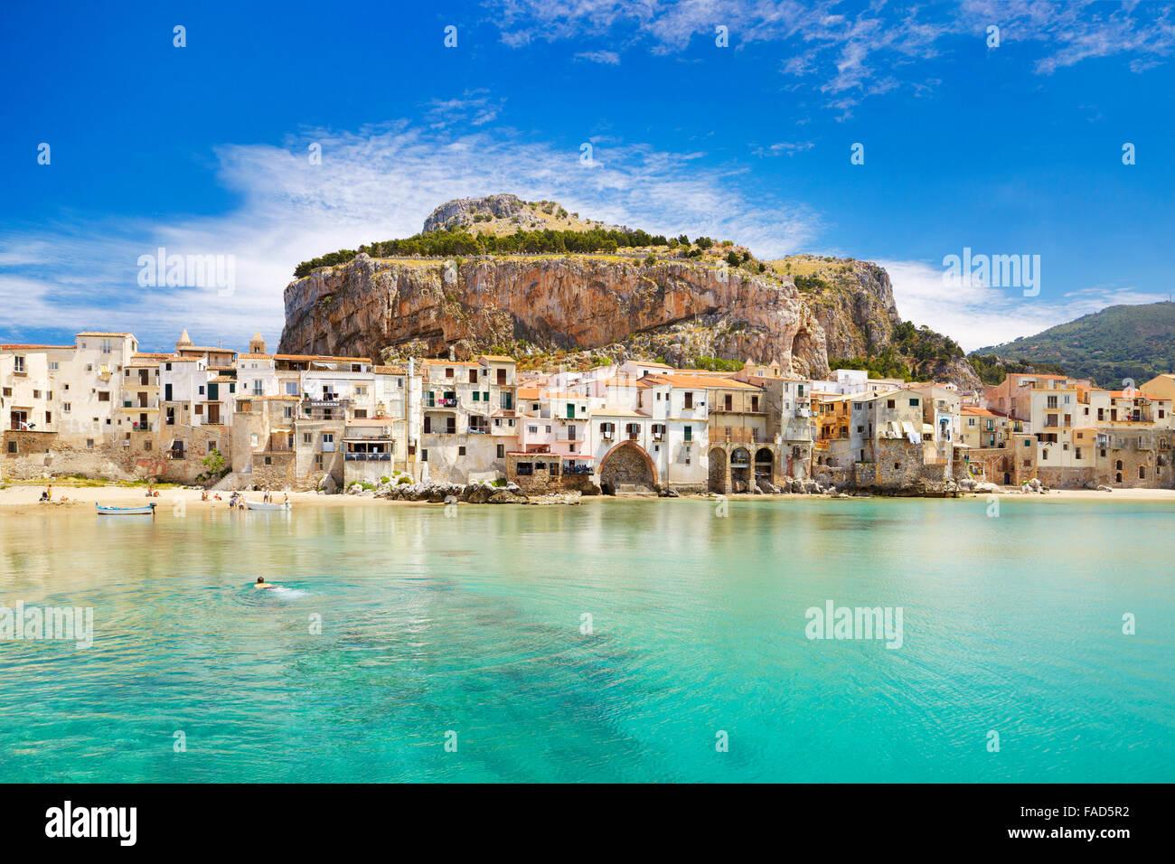 Mittelalterlichen Häusern und La Rocca Hill, Cefalu, Sizilien, Italien Stockbild
