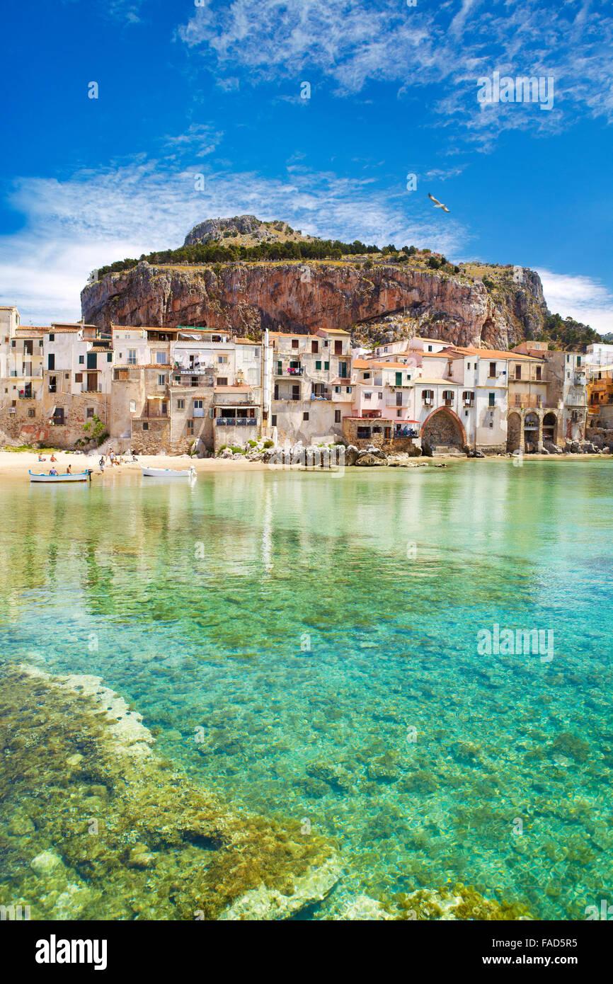 Mittelalterlichen Häusern und La Rocca Hill, Cefalu, alte Stadt, Sizilien, Italien Stockbild