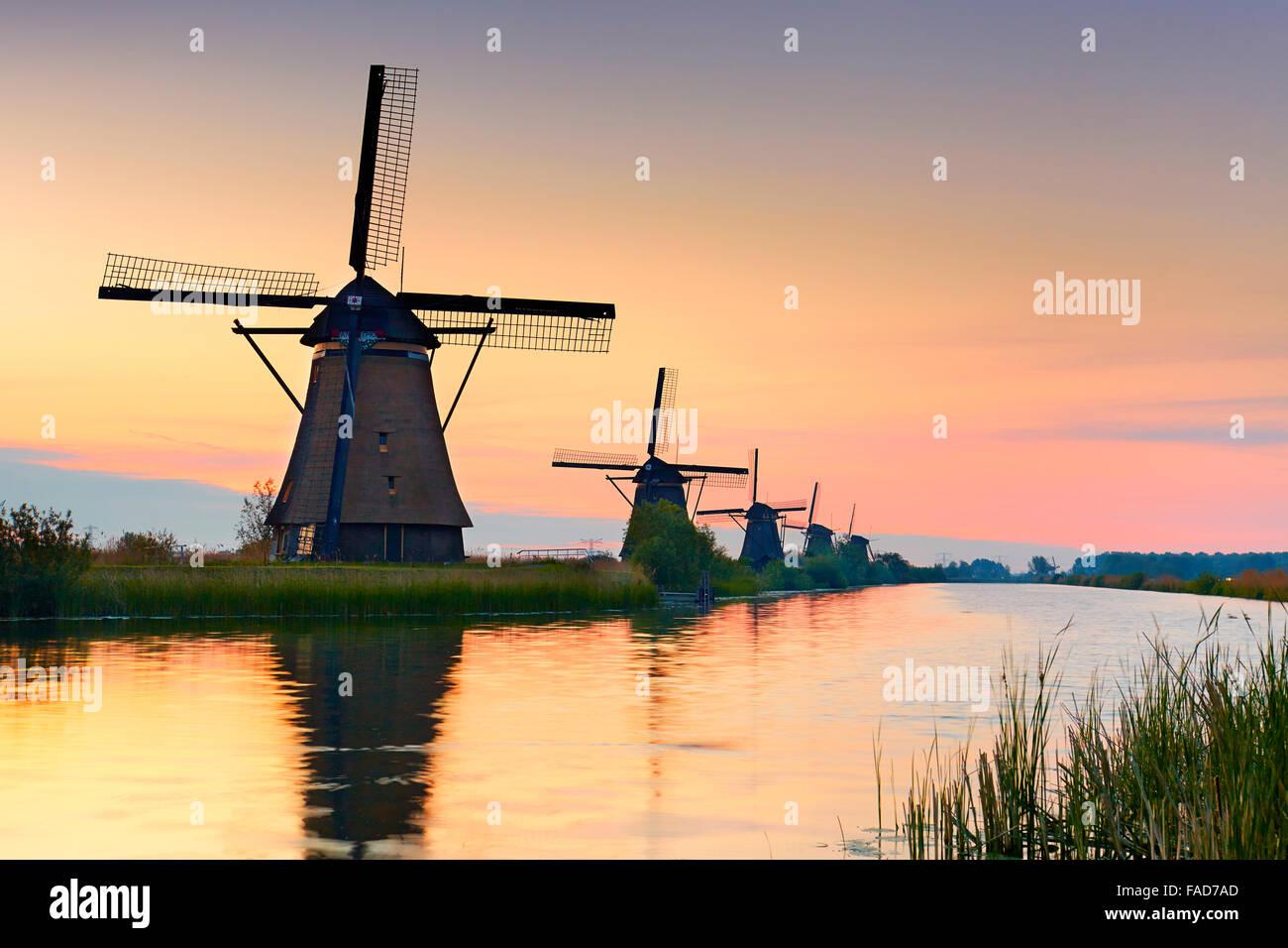 Windmühlen von Kinderdijk bei Sonnenaufgang - Holland Niederlande Stockbild