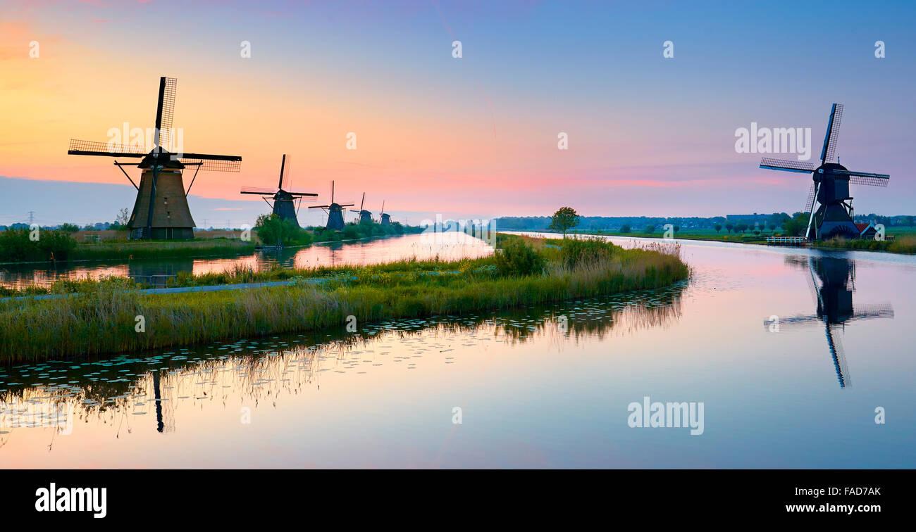 Windmühlen von Kinderdijk vor Sonnenaufgang - Holland Niederlande Stockbild