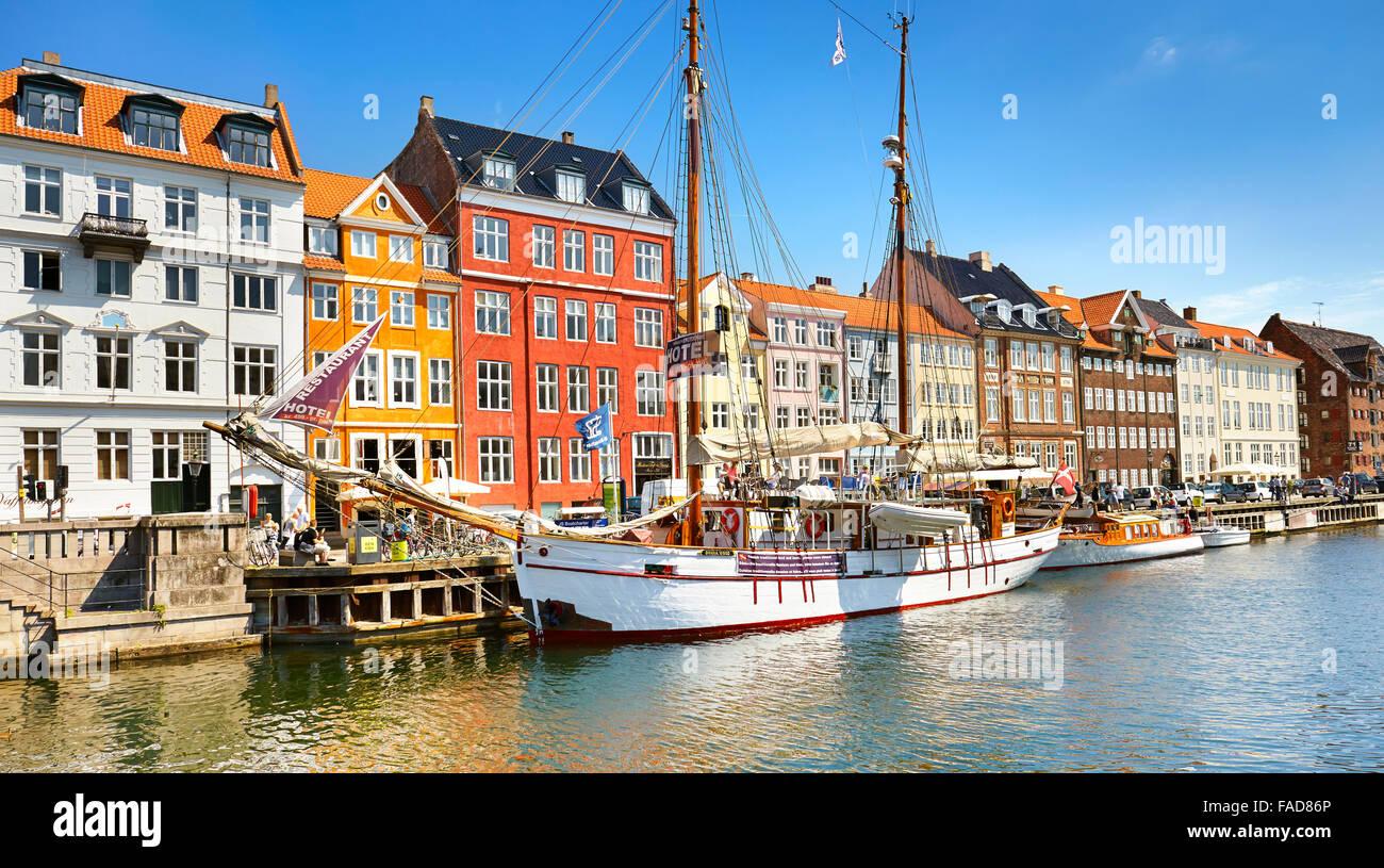 Das Boot vor Anker in Nyhavn Kanal, Kopenhagen, Dänemark Stockbild