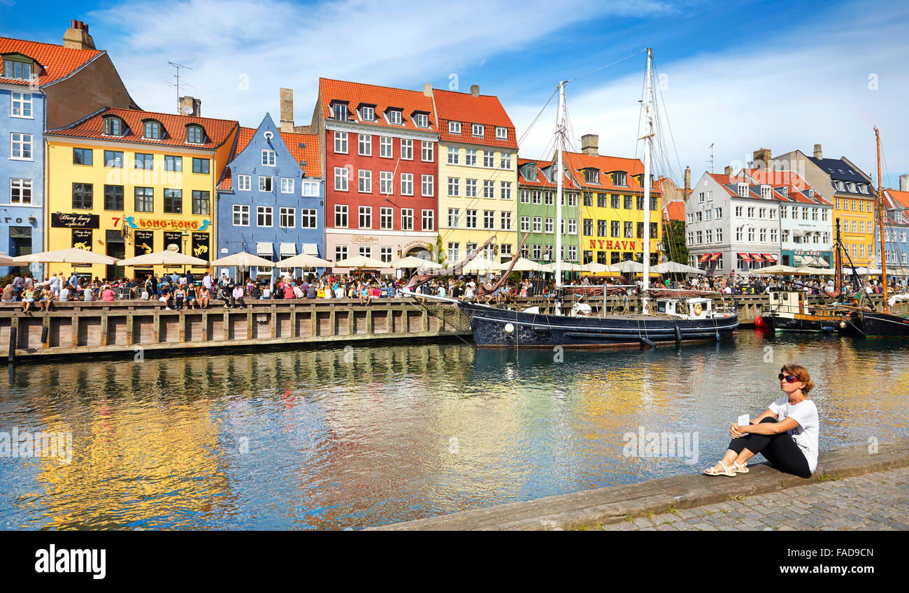 Kopenhagen, Dänemark - Frau entspannend am Nyhavn Kanal Stockbild