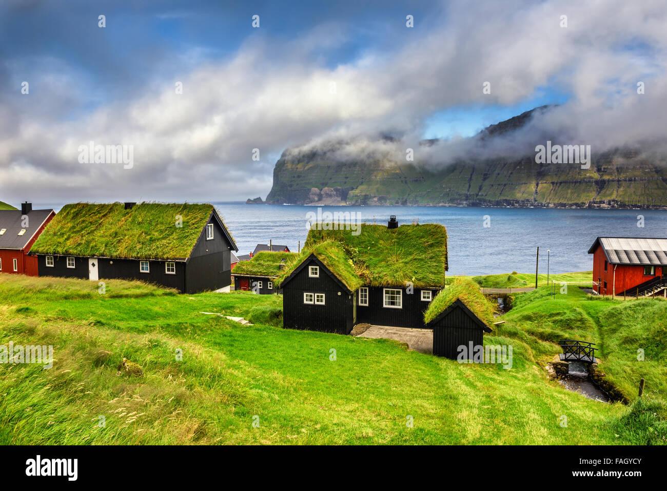 Dorf von Mikladalur befindet sich auf der Insel Kalsoy, Färöer, Dänemark Stockbild
