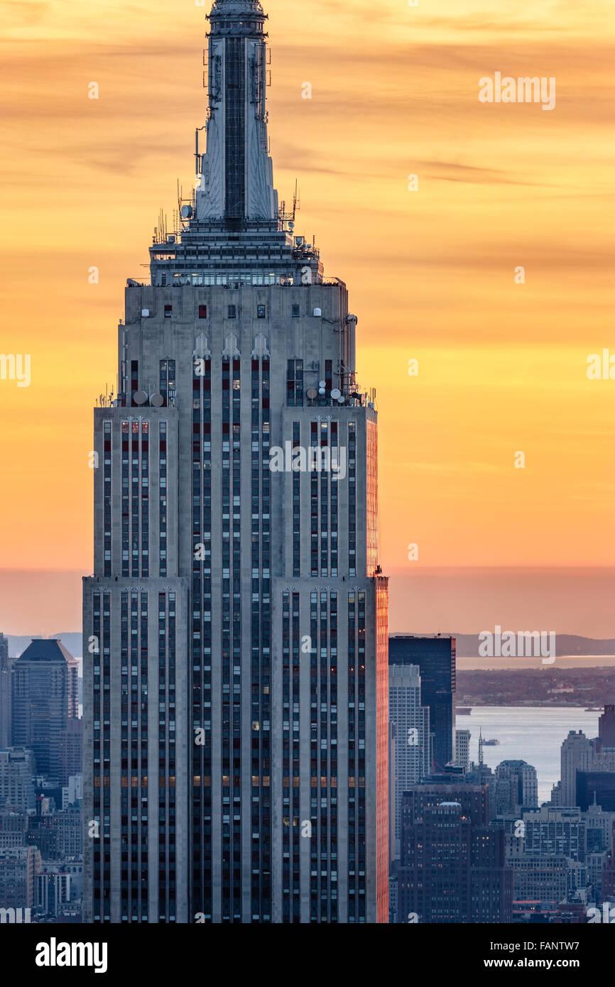 Luftaufnahme des oberen Teils der Wolkenkratzer Empire State Building bei Sonnenuntergang mit einem feurigen Himmel. Stockbild