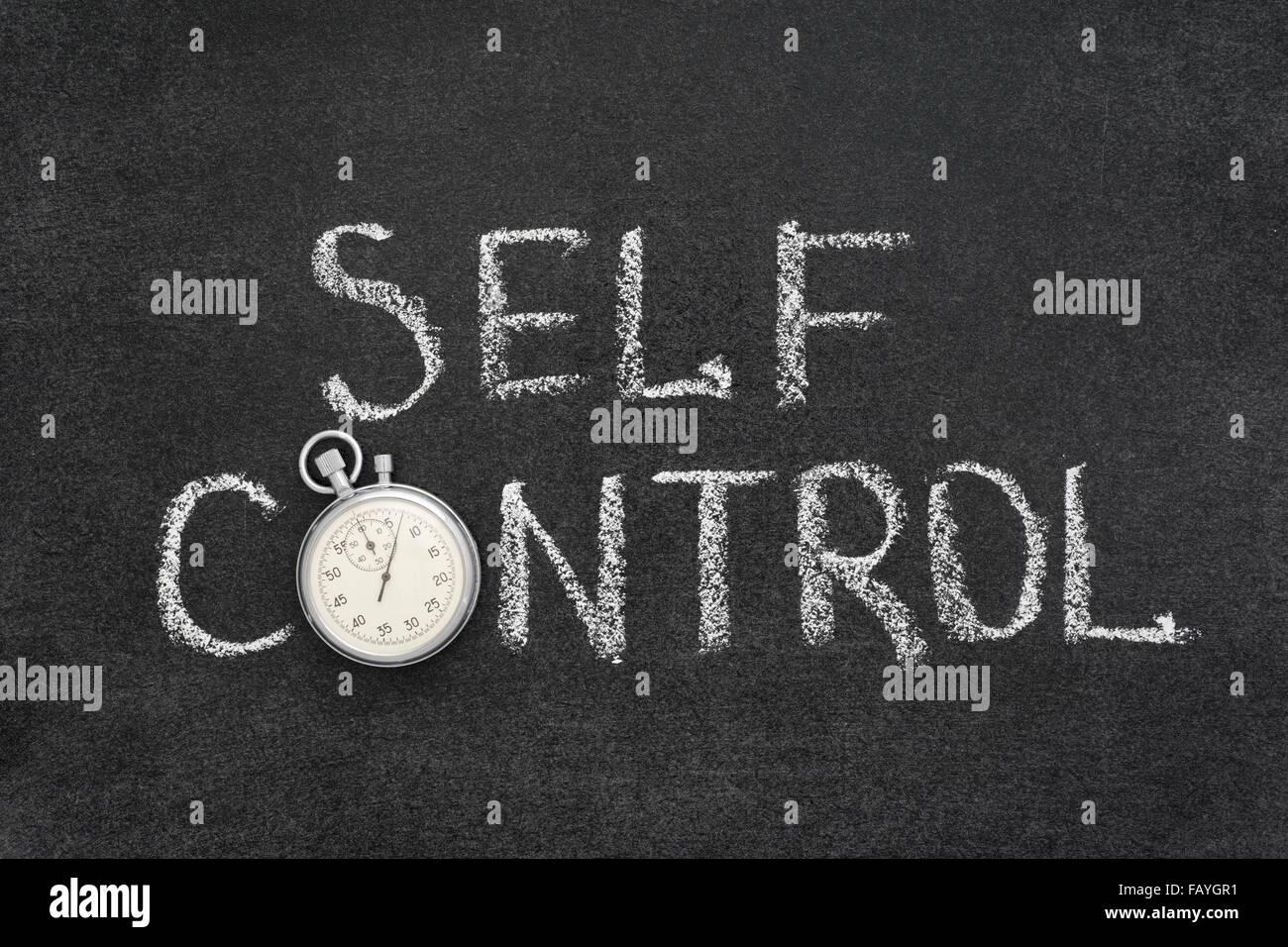 Selbstkontrolle Ausdruck handschriftlich auf Tafel mit Vintage präzise Stoppuhr verwendet anstelle von O Stockbild