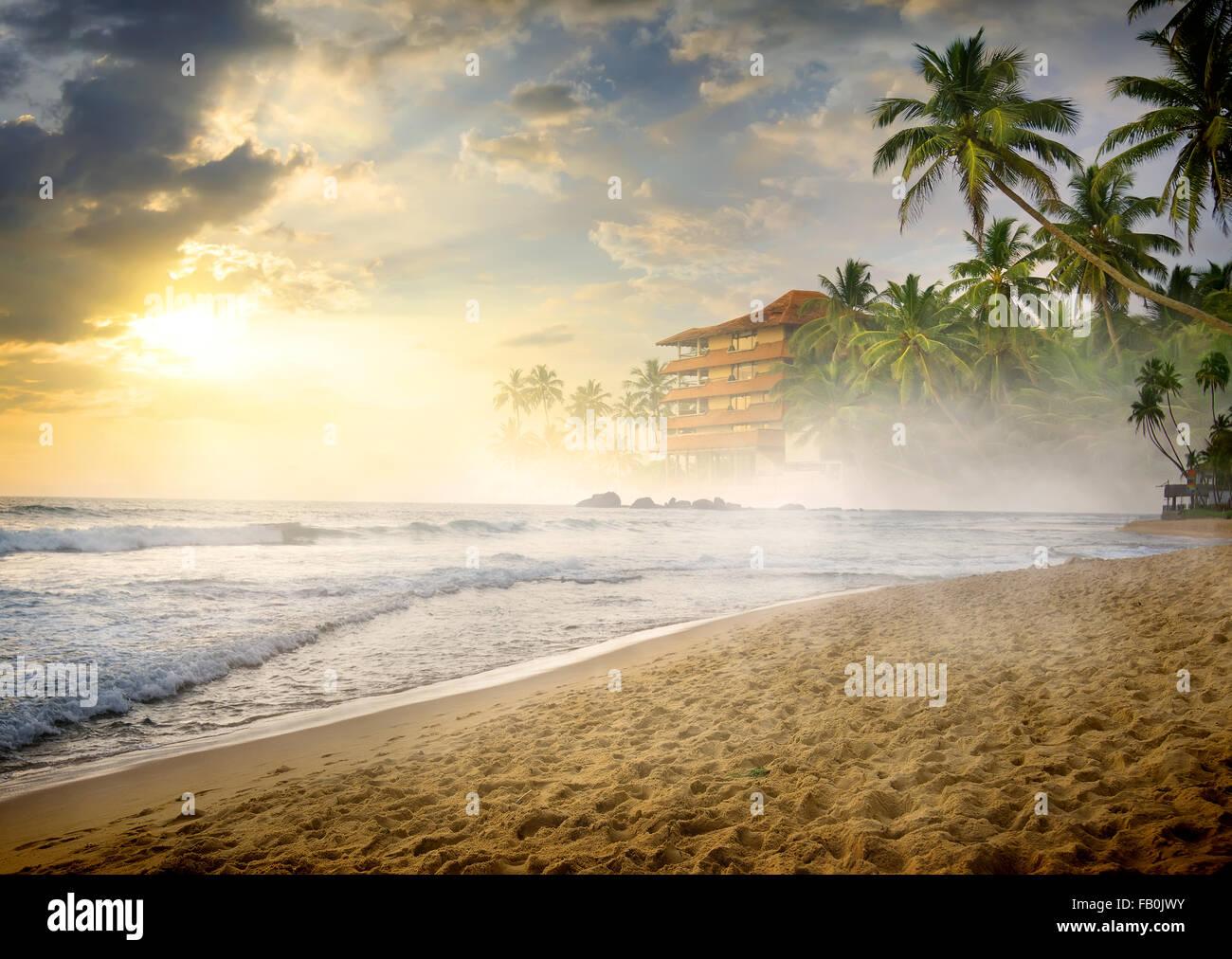 Morgennebel über sandigen Strand des Ozeans Stockbild