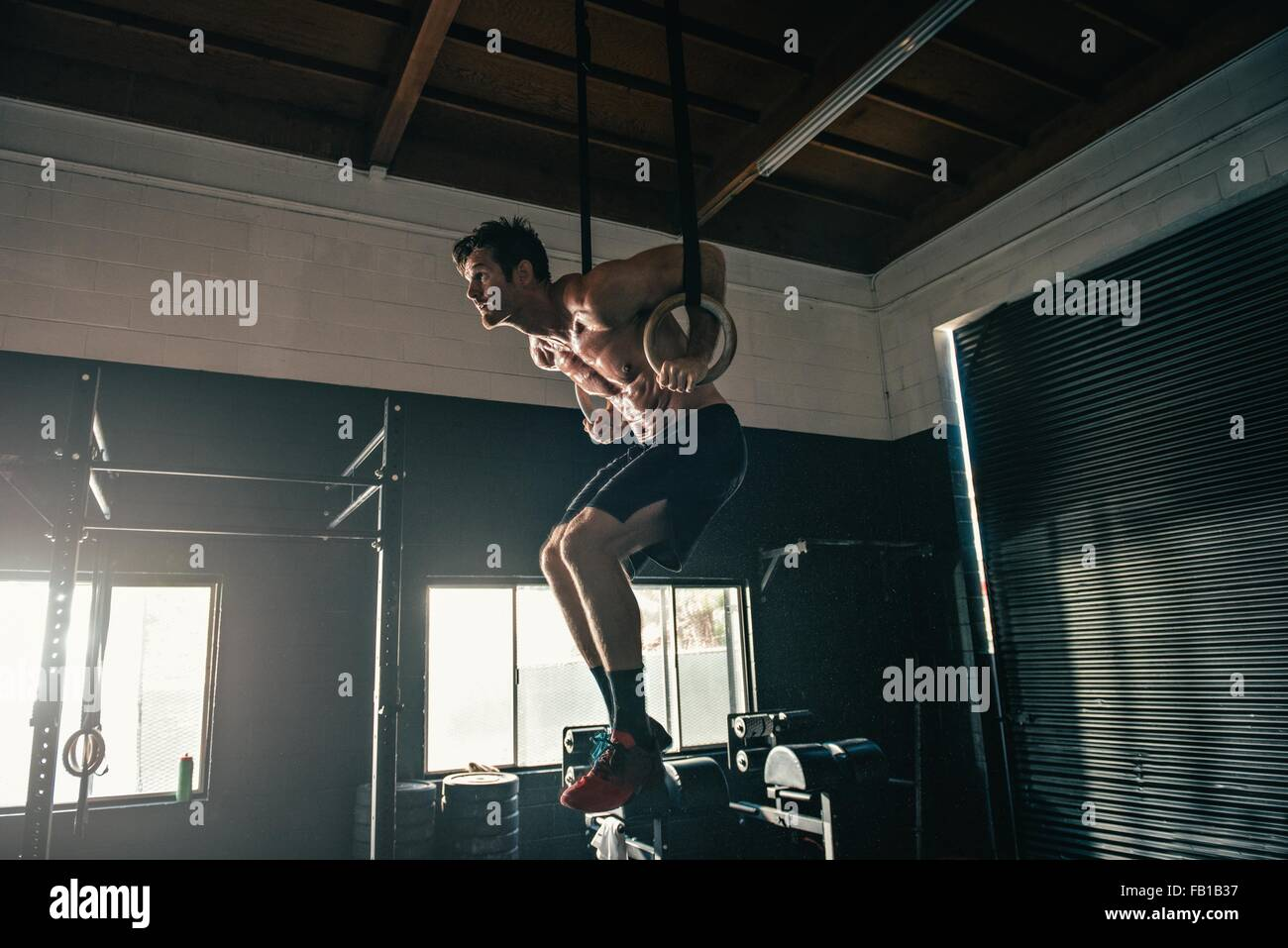 Man balanciert auf Übung Ringe im Fitness-Studio Stockbild