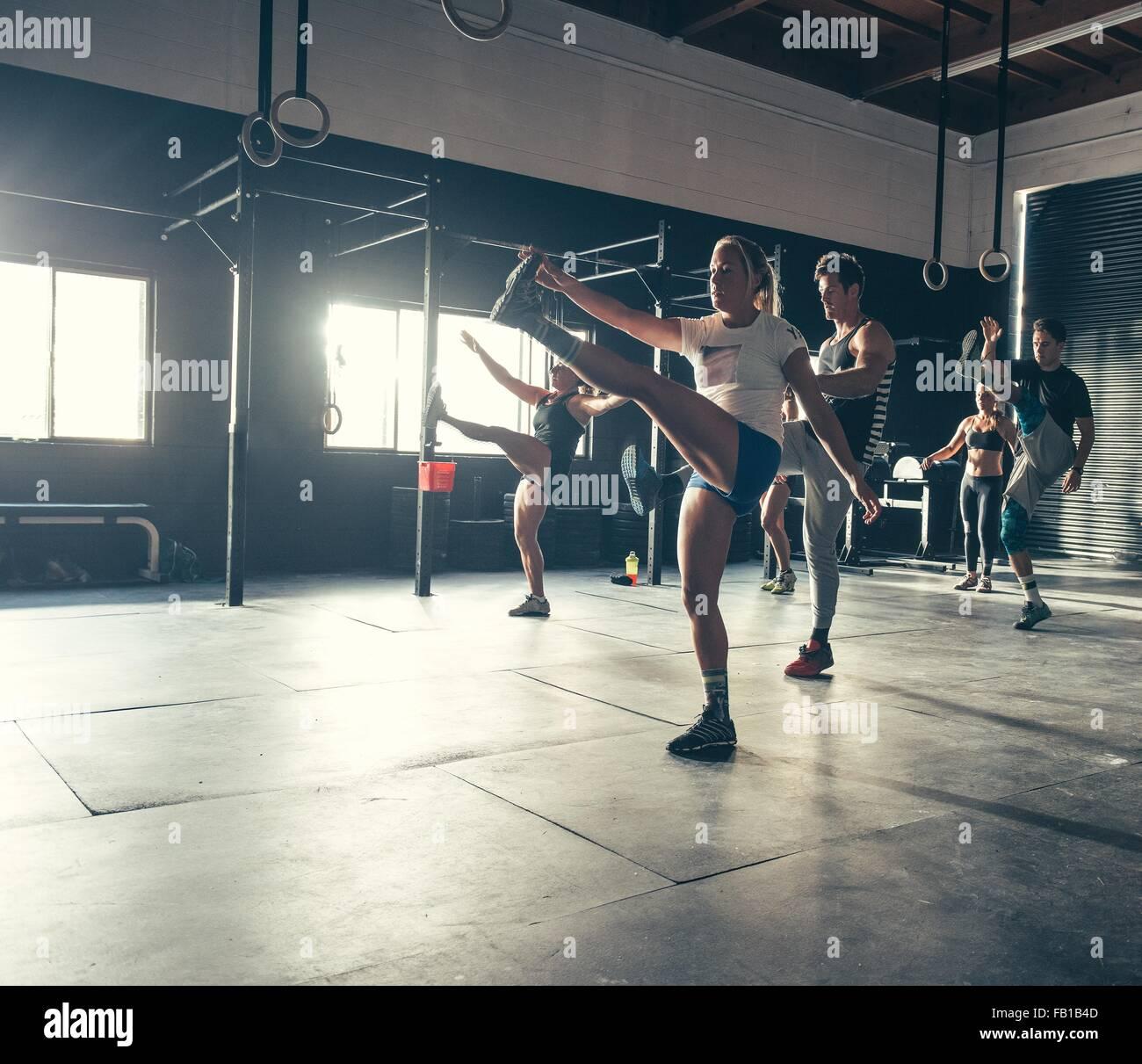 Männer und Frauen zusammen im Fitness-Studio trainieren Stockbild