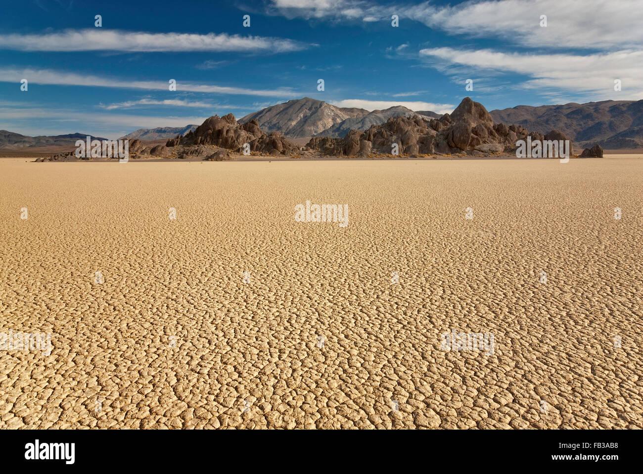 Die Tribüne Rock, The Racetrack trocken Seegrund, Cottonwood Mountains in Dist, Death Valley Nationalpark, Stockbild