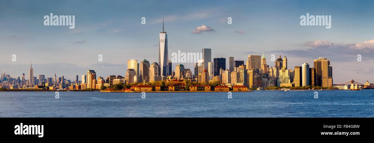 Panorama der Finanzdistrikt von Lower Manhattan und New York Wolkenkratzer. Von der Brooklyn Bridge nach Midtown Stockbild