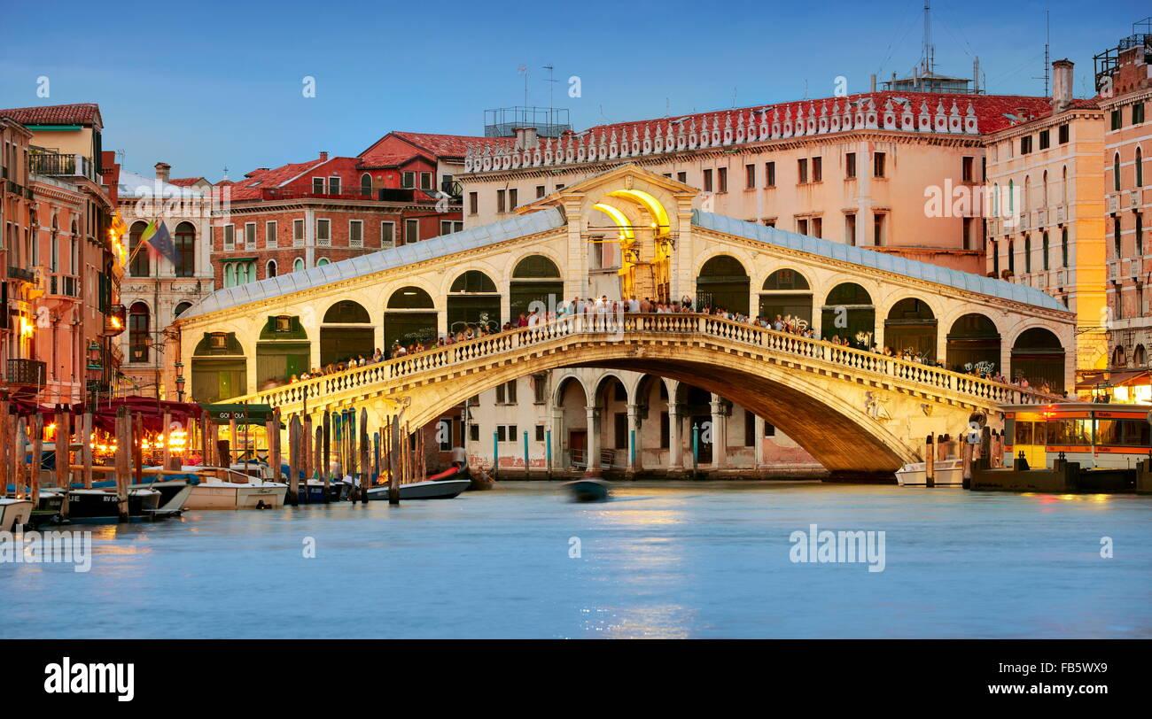 Rialto-Brücke am Abend, Canal Grande, Venedig Stadtbild, Italien, UNESCO Stockbild