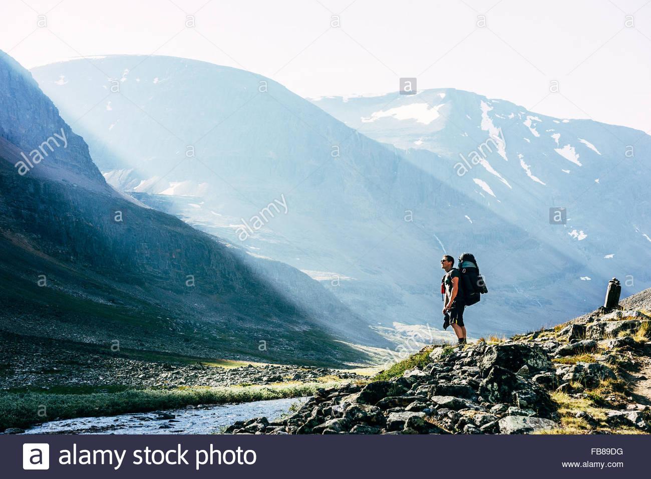 Schweden, Lappland, Ladtjovagge, Kungsleden, männliche Wanderer stehend Fluss im Tal Stockbild