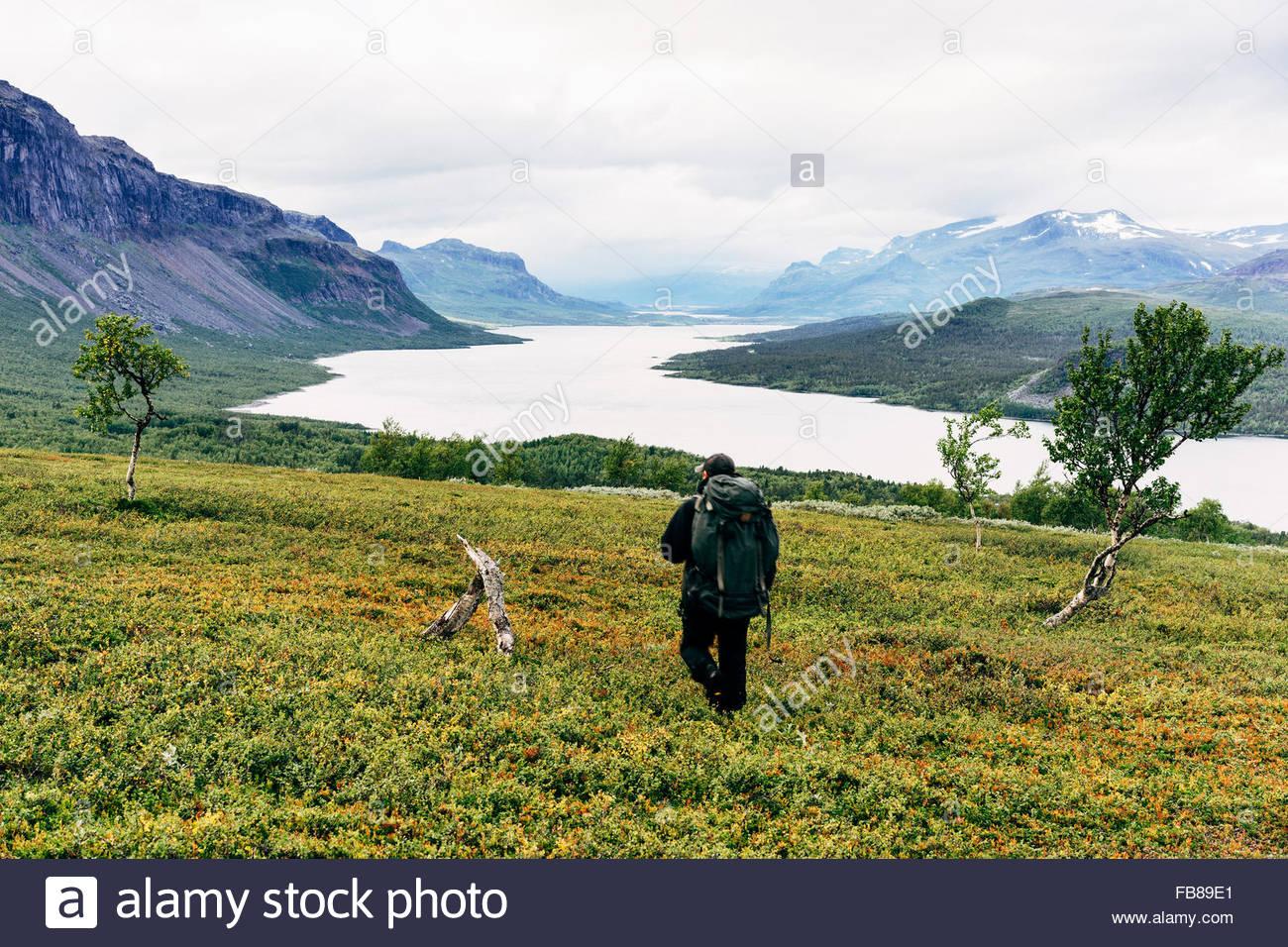 Schweden, Lappland, Saltoluokta, Kungsleden, männliche Wanderer im Hochtal Stockbild