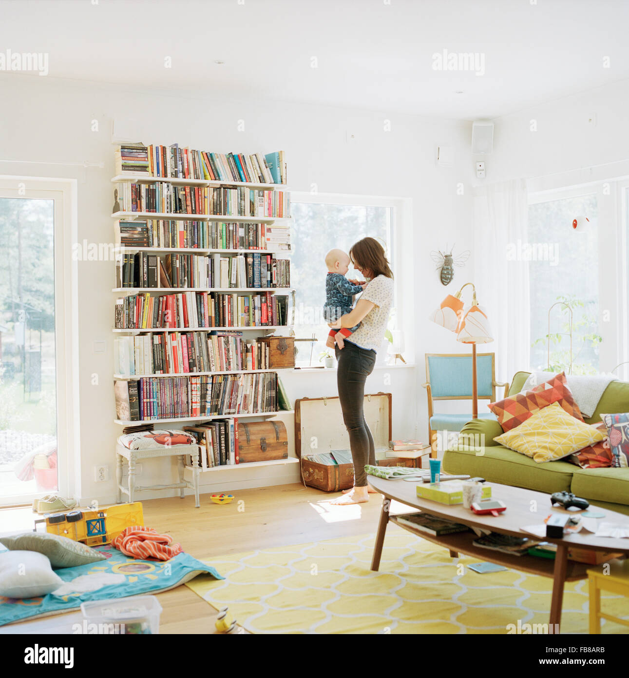 Schweden, Frau mit ihrem Baby (12-17 Monate) im Wohnraum Stockbild