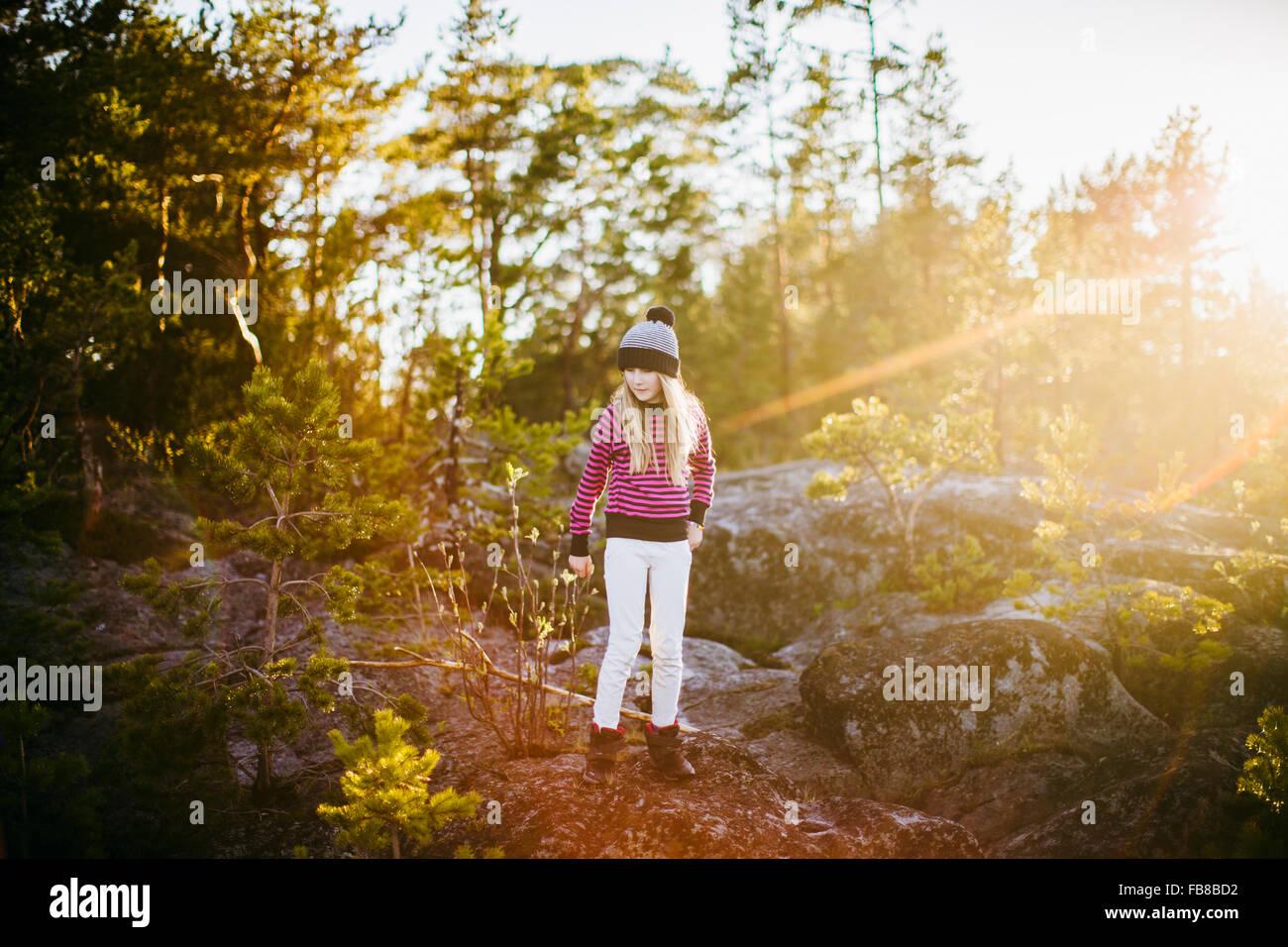 Schweden, Medelpad, Sundsvall, Juniskar, Portrait eines Mädchens (10-11) stehend im Wald auf sonnigen Tag Stockbild