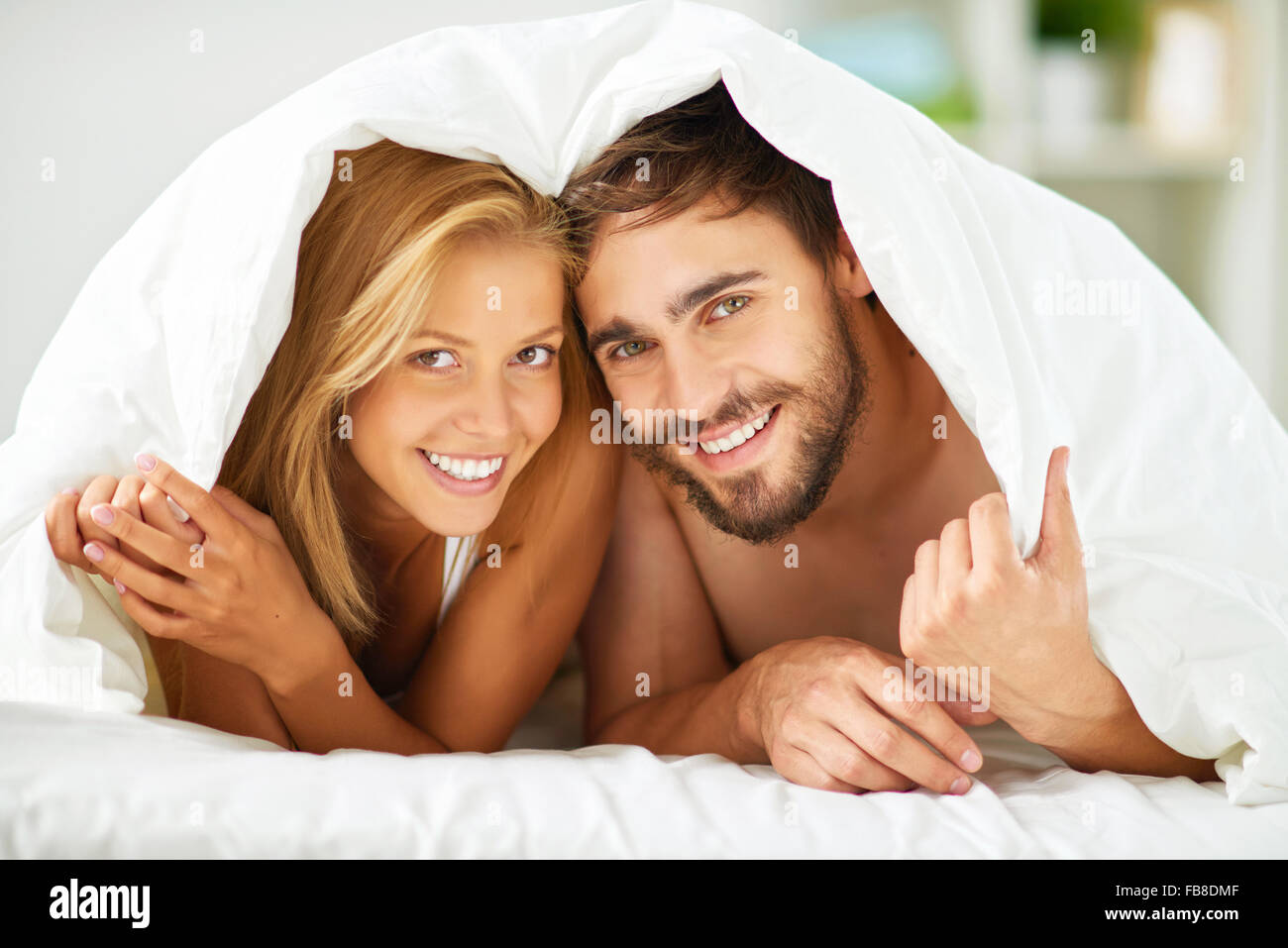 Gerne Termine unter Decke Blick in die Kamera mit einem Lächeln Stockbild