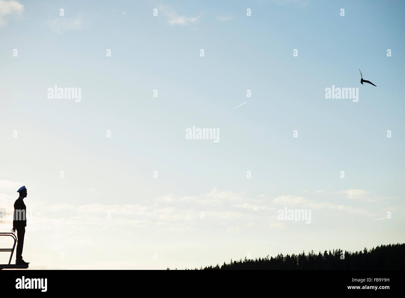 Schweden, Vastmanland, Silhouette der junge Mann mit Quaste stehend gegen Himmel Stockbild