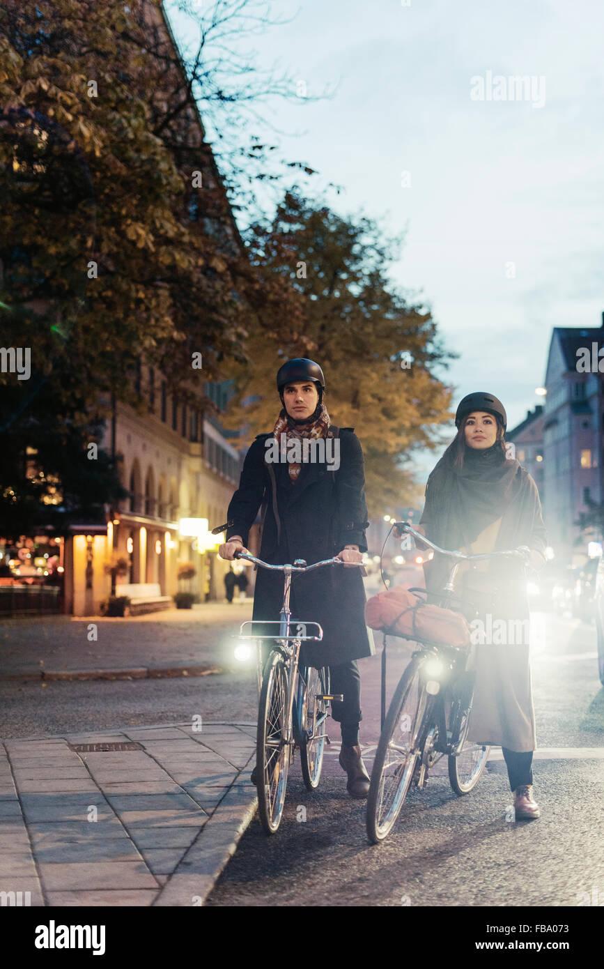 Schweden, Uppland, Stockholm, Vasatan, Sankt Eriksgatan, Mann und Frau Radfahren auf Stadtstraße Stockbild