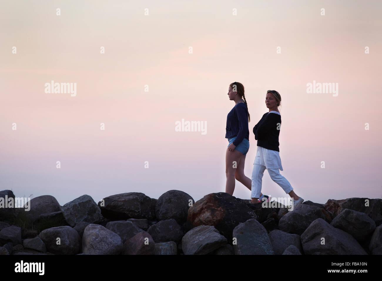 Schweden, Smaland, Frau zu Fuß mit Tochter (14-15) im Abend Stockbild
