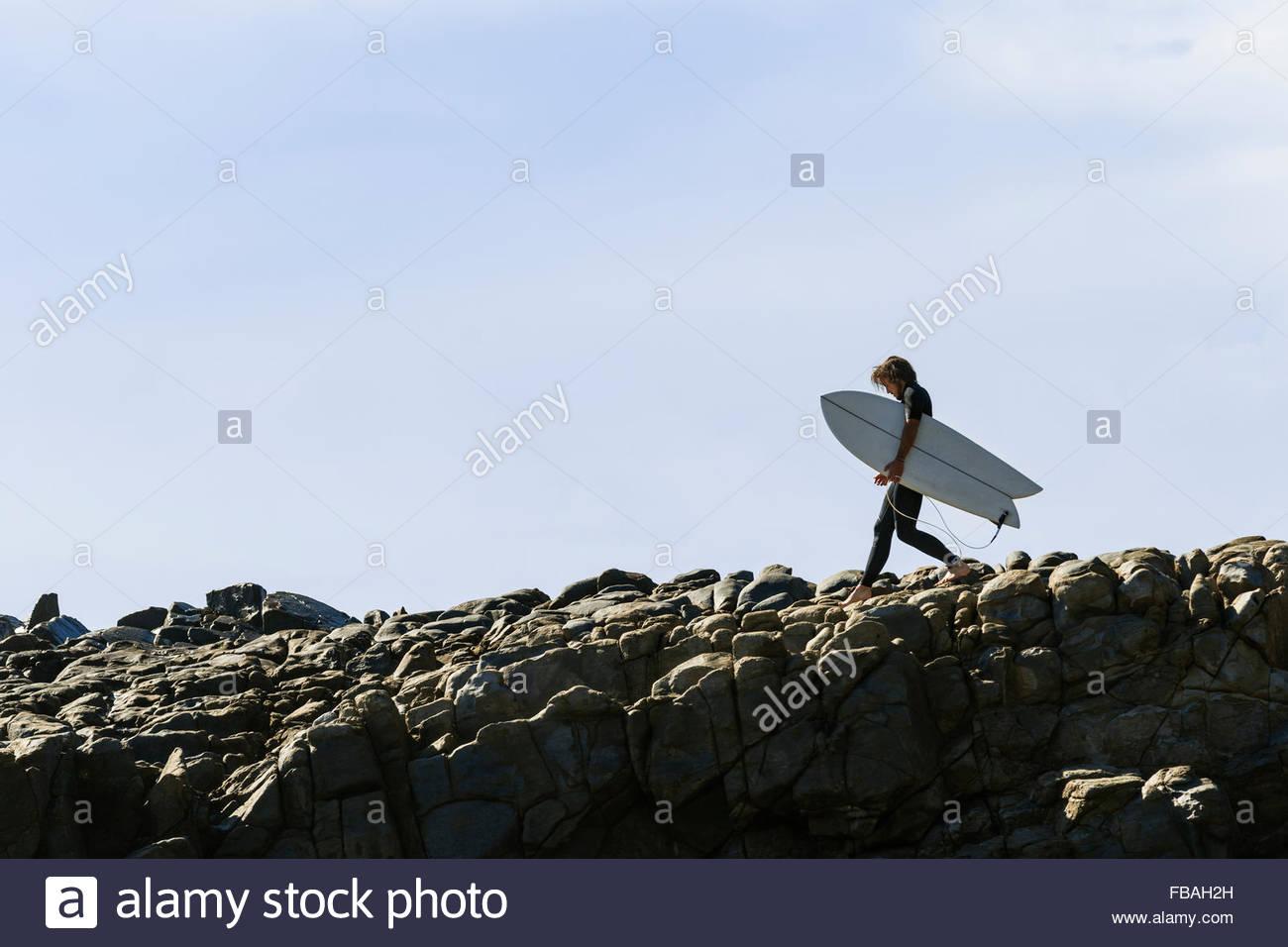 Australien, Queensland, Sunshine Coast, Noosa, Alexandria Bay, Surfer mit Surfbrett Stockbild
