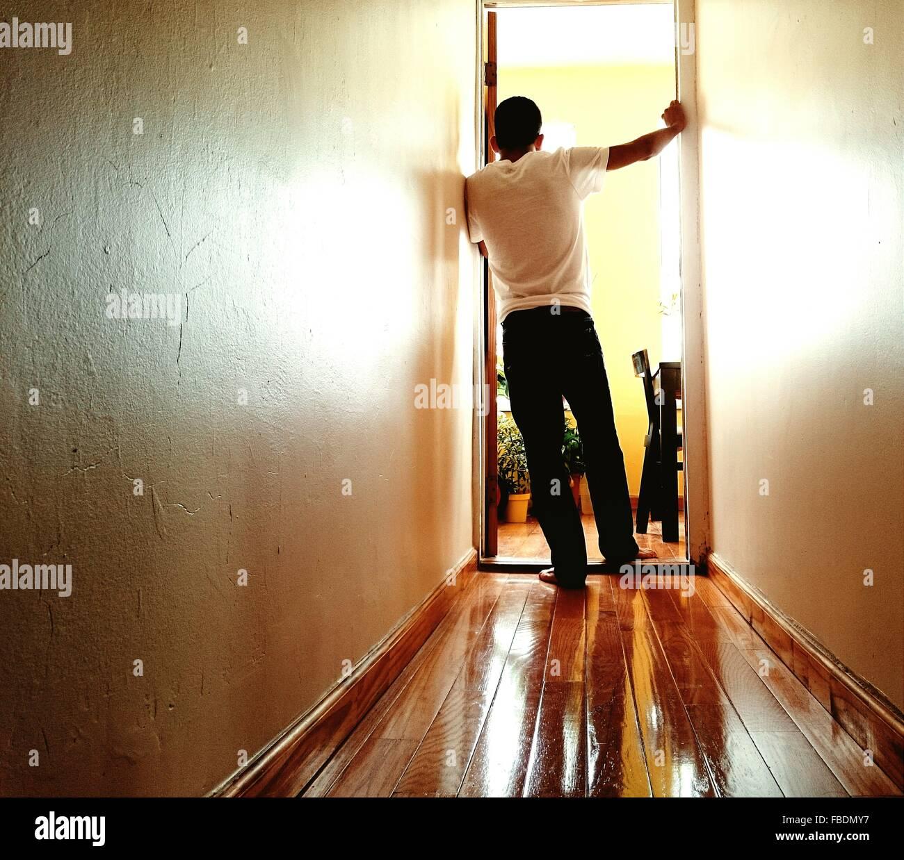 Mann steht am Eingang Stockbild