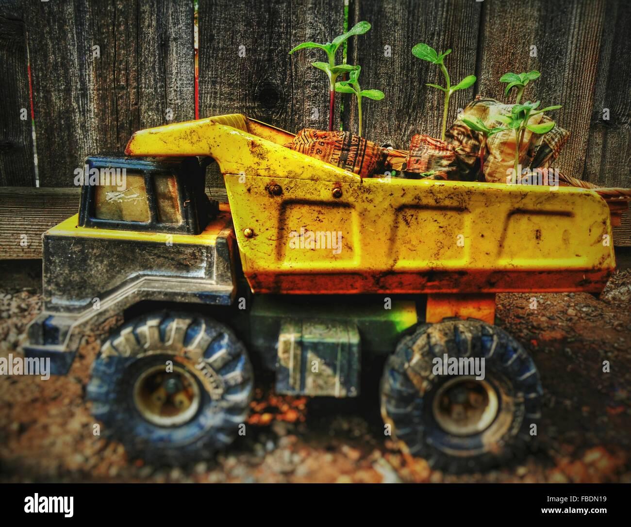 Nahaufnahme von unordentlich Spielzeug LKW gegen Holzzaun Stockbild