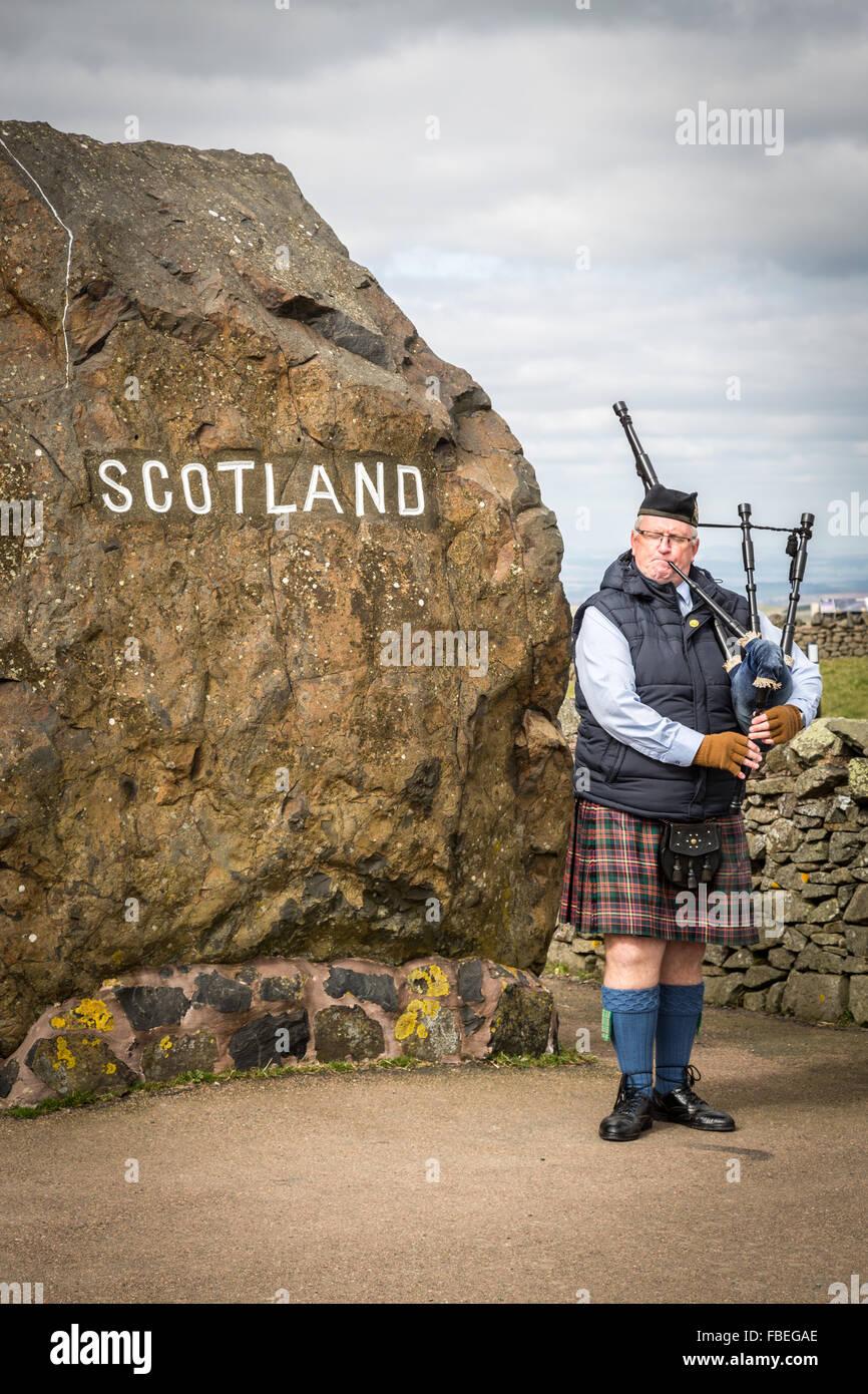 Traditionelle schottische Piper an Carter Bar, A68 in Redesdale in den Cheviot Hills an der England / Schottland Stockbild