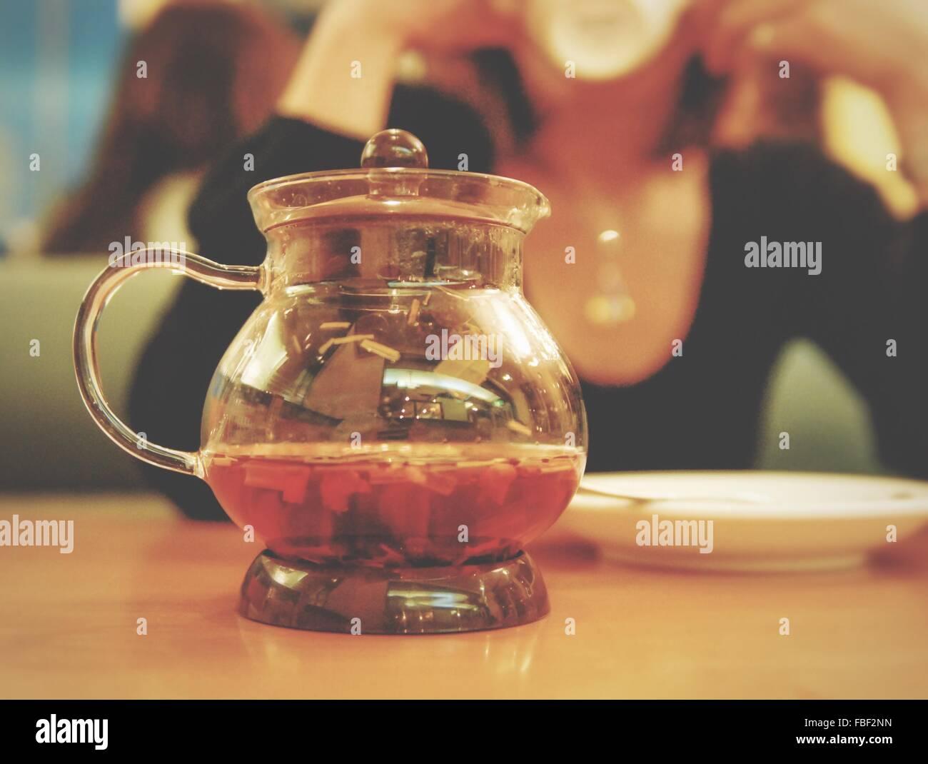 Nahaufnahme der Teekanne auf Tisch im Cafe Stockbild