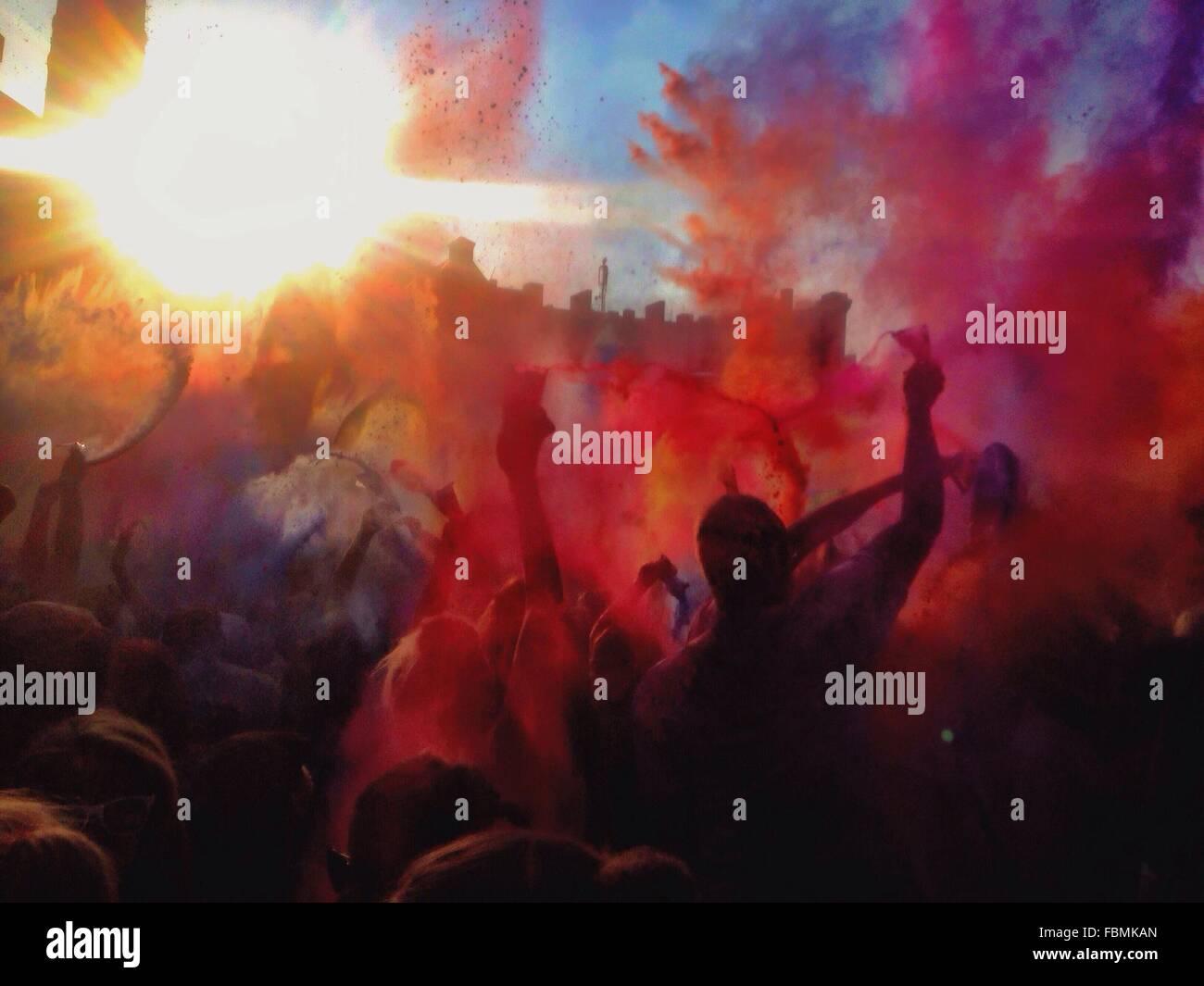 Menschen genießen Holi-Fest Stockbild