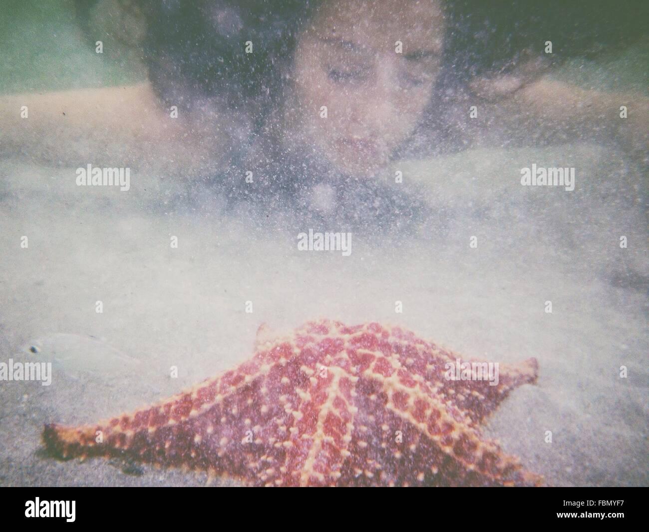 Junge Frau im Meer schwimmen Stockbild