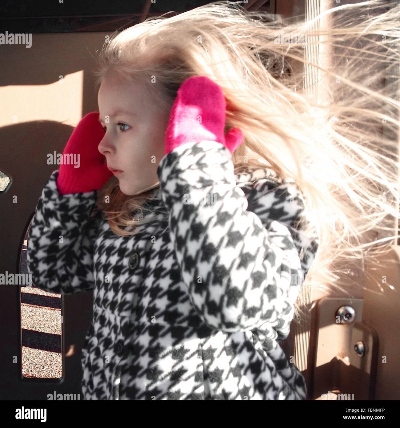 Mädchen In warme Kleidung zu Hause Stockbild
