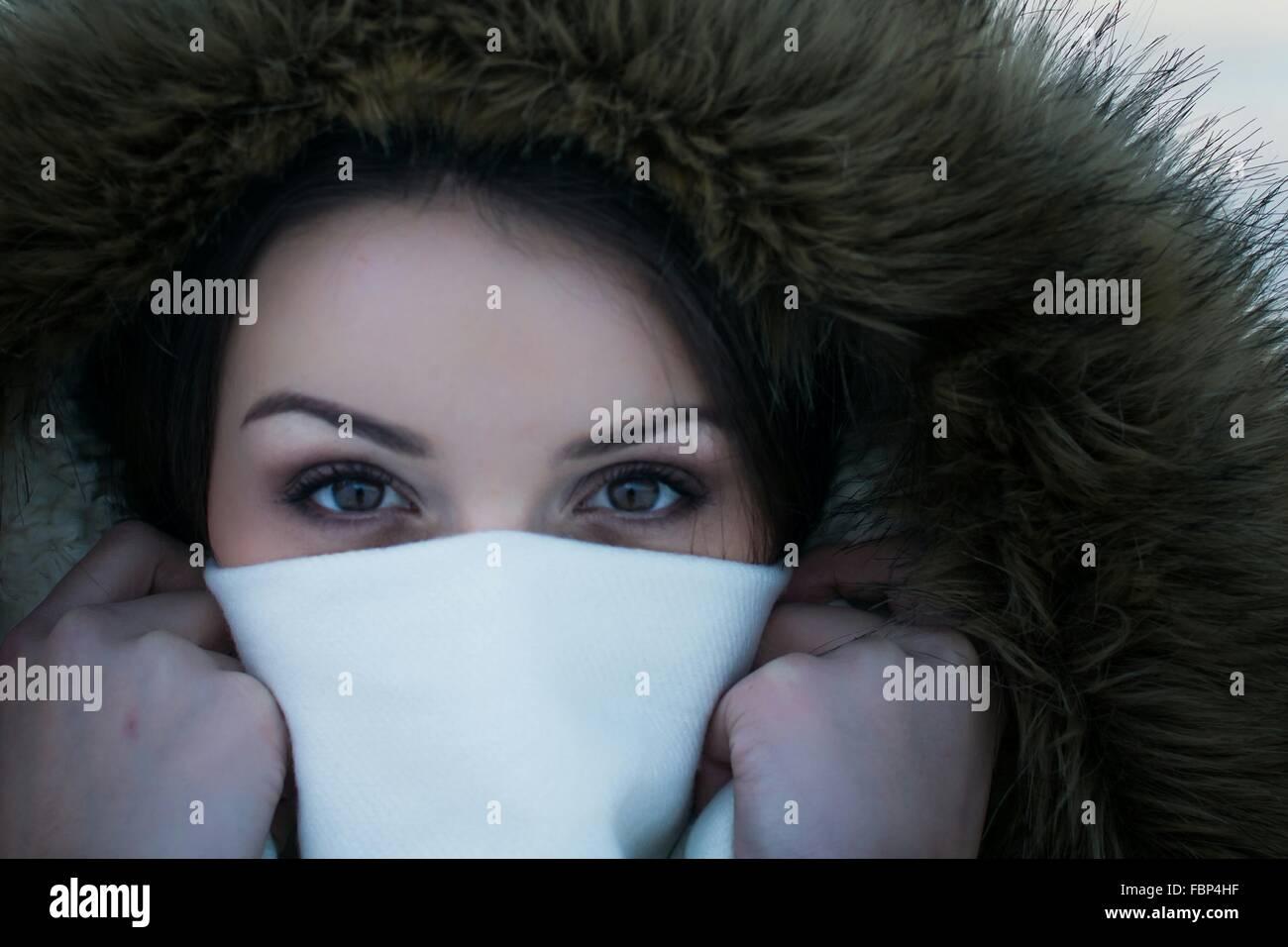 Close-up Portrait Of Young Woman für Gesicht mit Serviette Stockbild