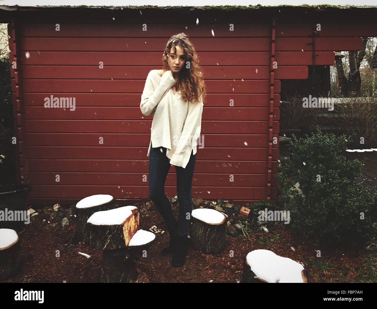 Porträt der jungen Frau im Freien im Winter Stockbild