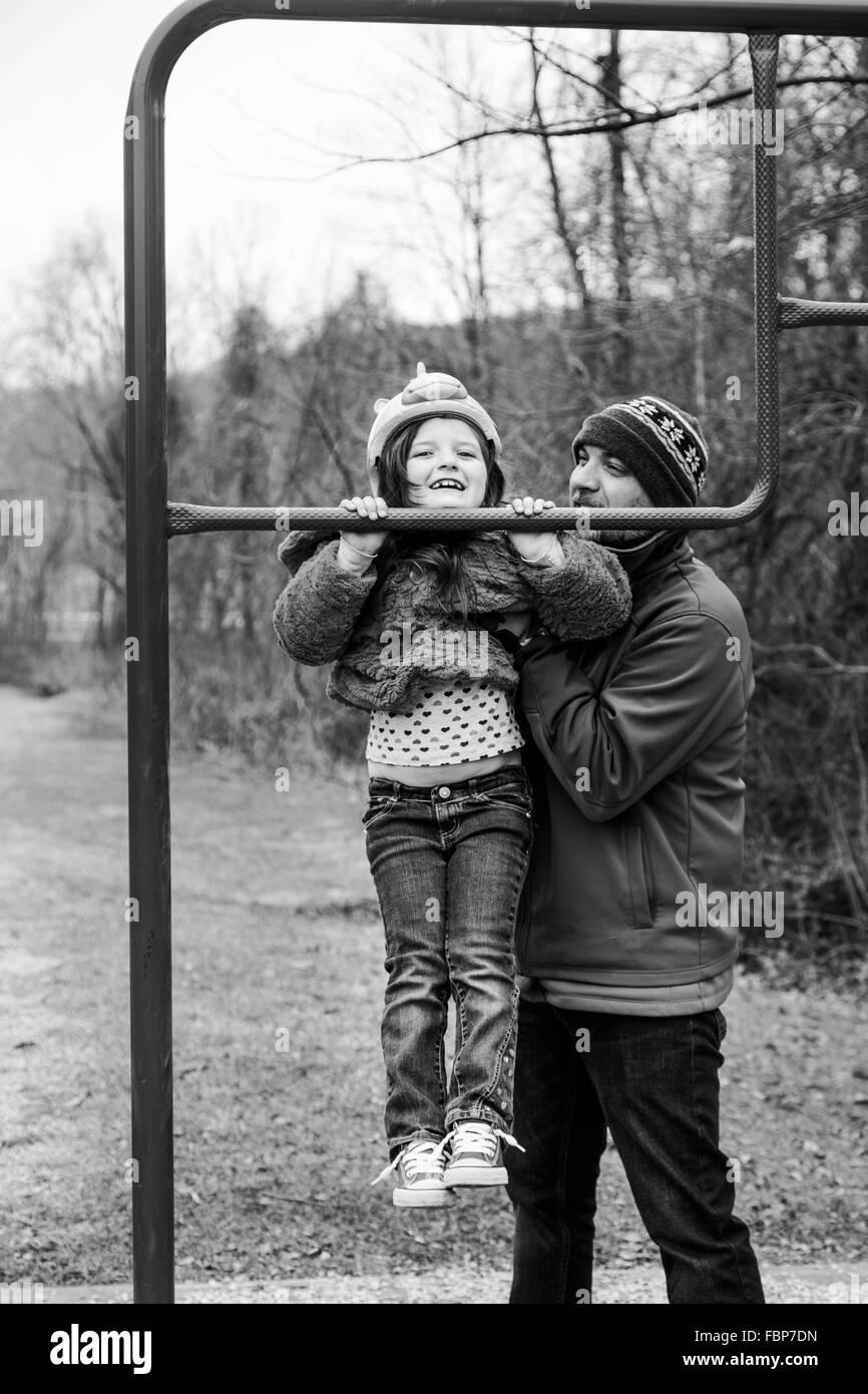 Vater und Tochter spielen im Park Stockbild