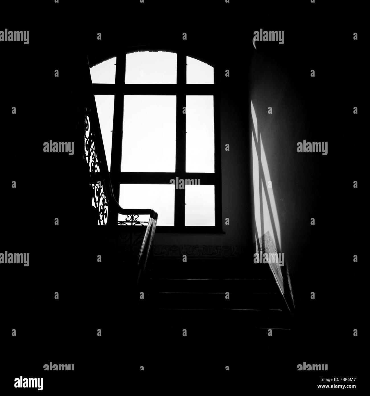 Treppe gegen Fenster Stockbild