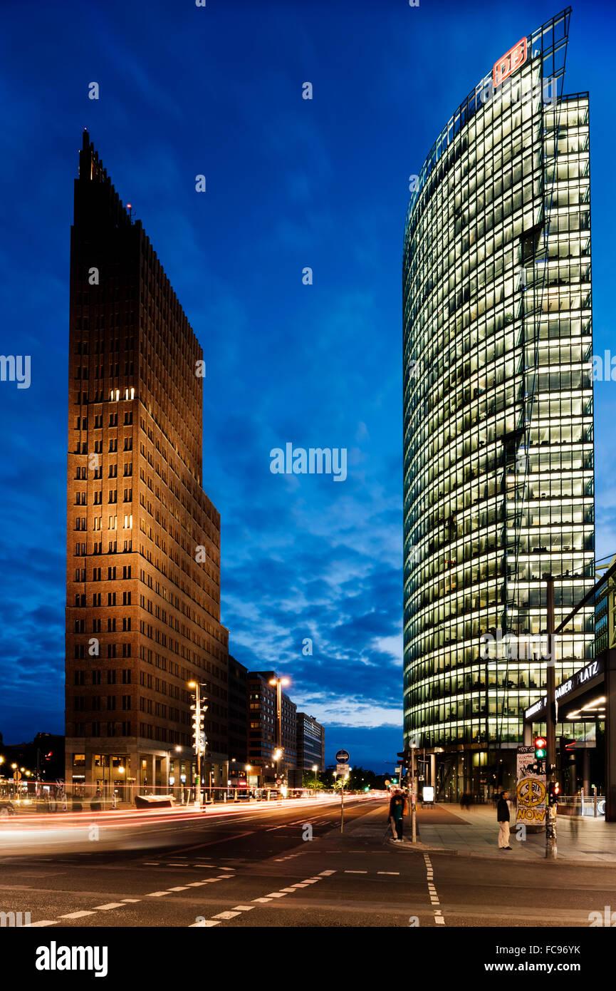 Außenseite des Kollhoff-Tower und Deutsche Bahn Tower bei Nacht, Potsdamer Platz, Berlin, Deutschland, Europa Stockbild