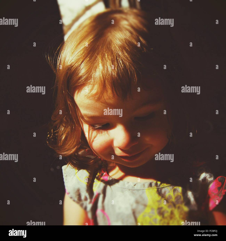 Niedliche Mädchen lächelnd und blickte in Nahaufnahme Stockbild