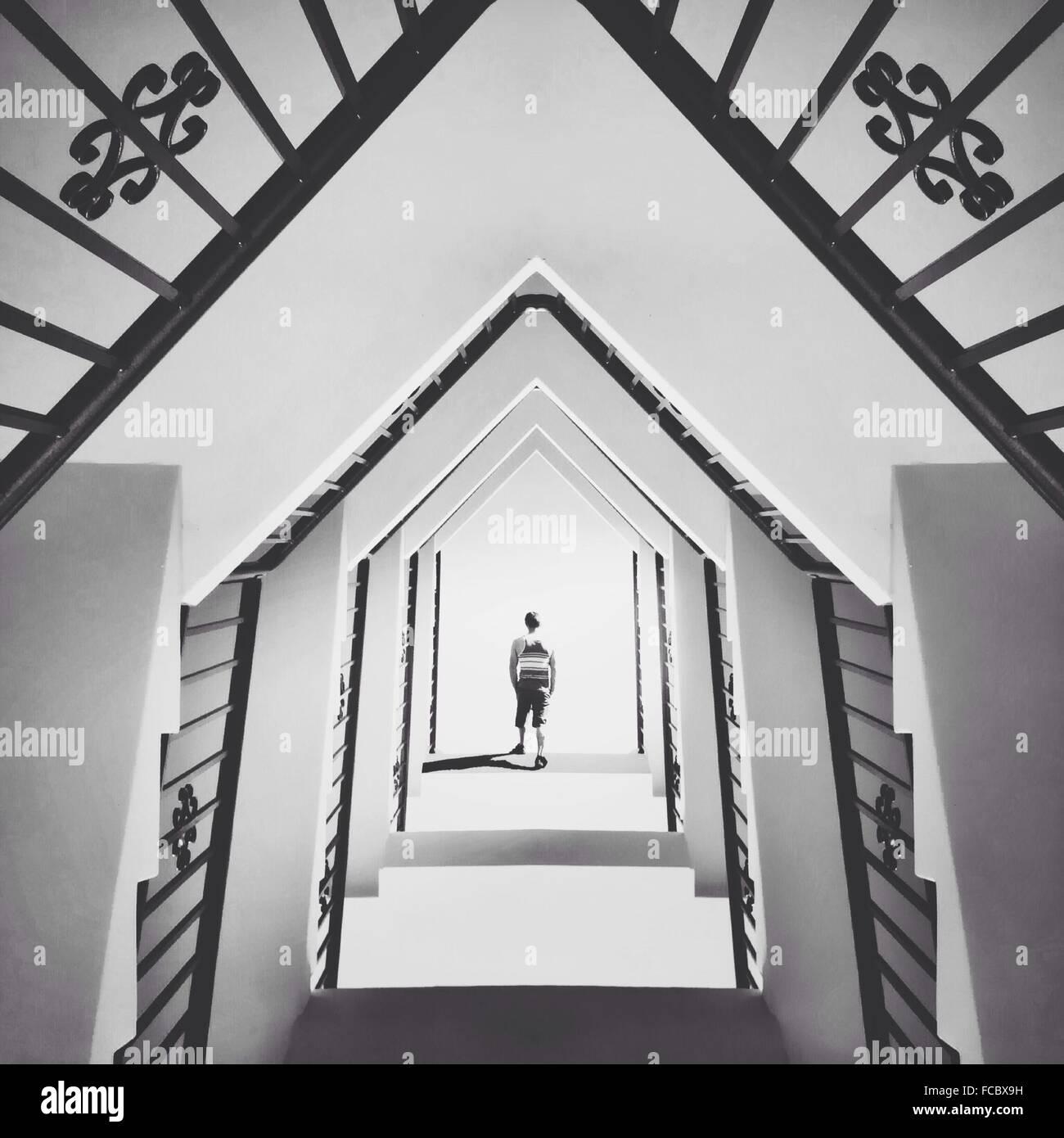 Mann zu Fuß In abstrakt-Gebäude Stockbild