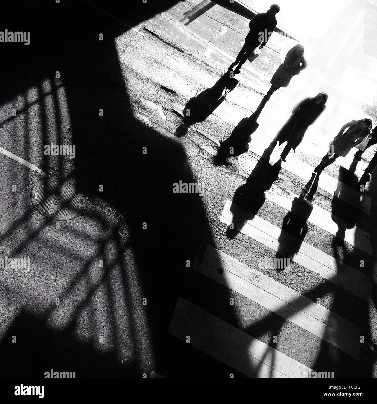 High Angle View Of Menschen zu Fuß auf Zebrastreifen Stockbild