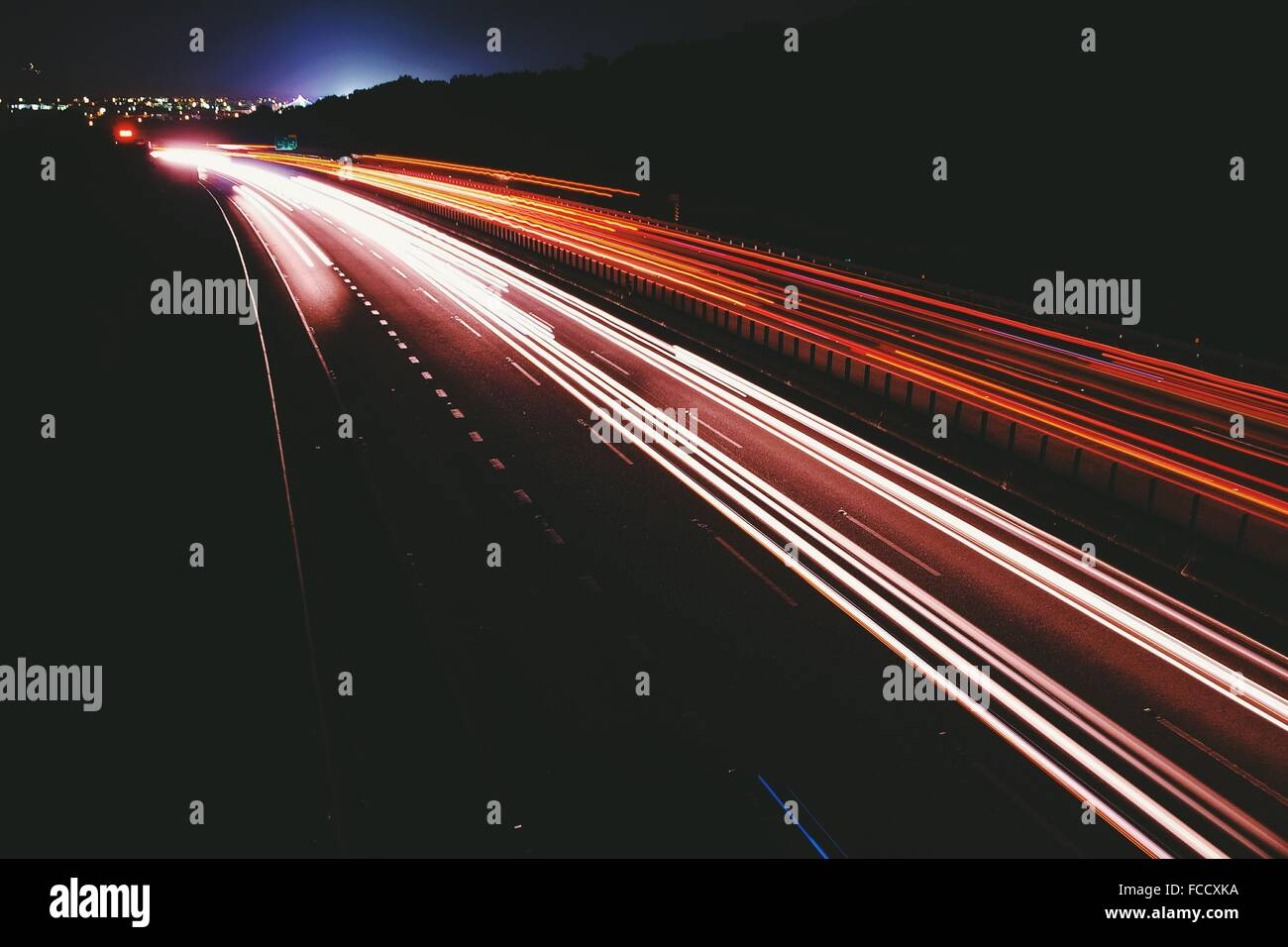 Helle Streifen auf der Straße bei Nacht Stockbild