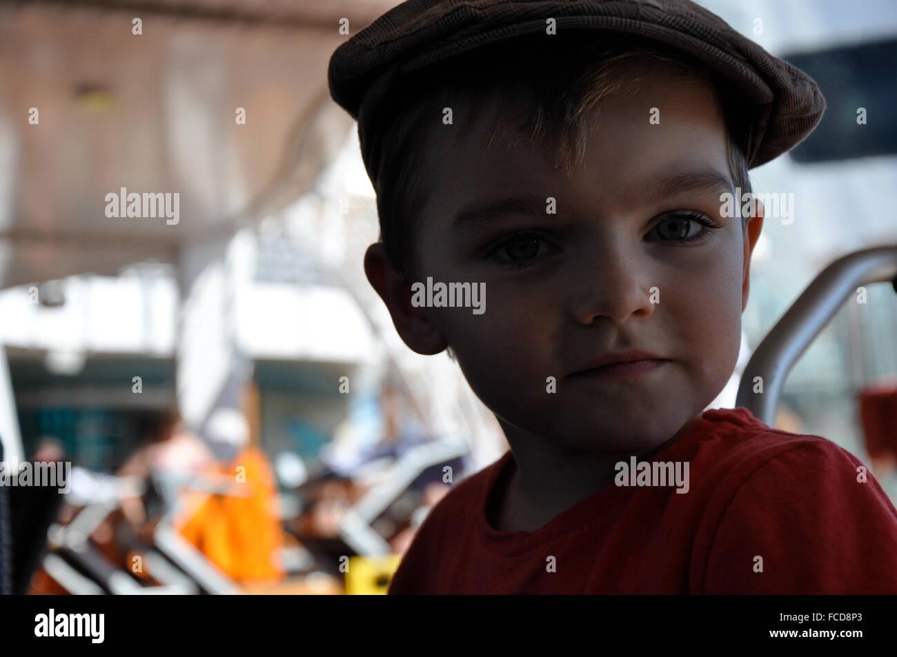Porträt des netten jungen im Vergnügungspark Stockbild