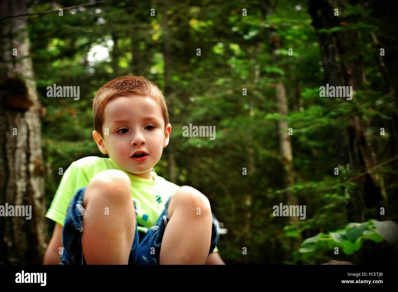 Süße junge sitzen im Park Stockbild
