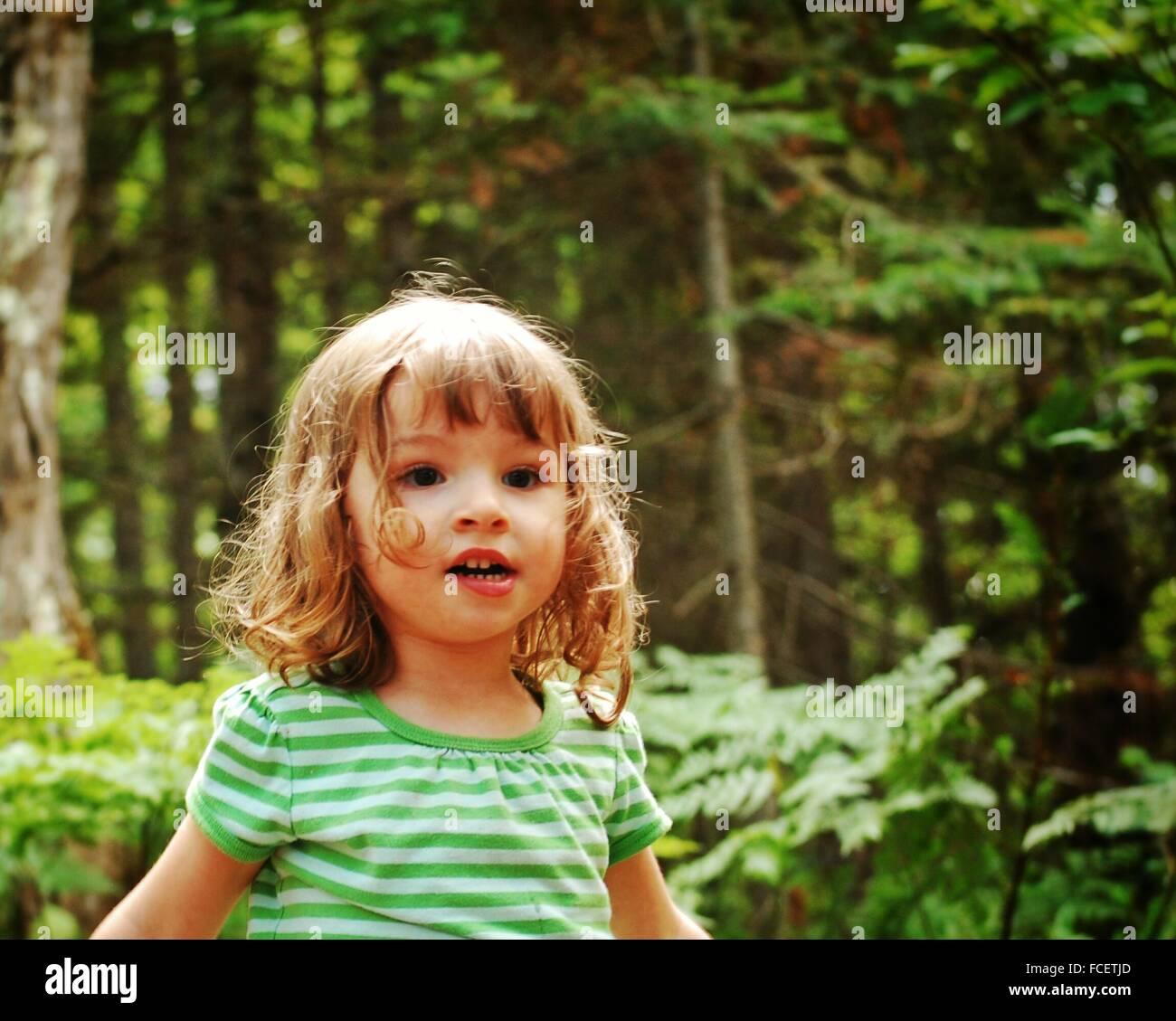 Süße Mädchen im Wald Stockbild