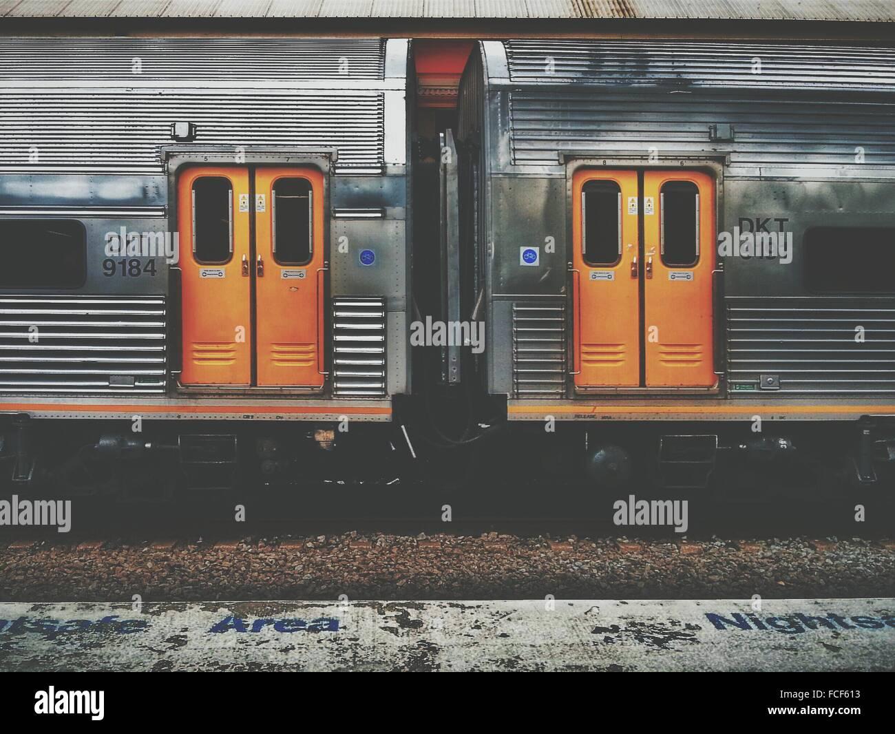 Zug am Bahnhof Stockbild