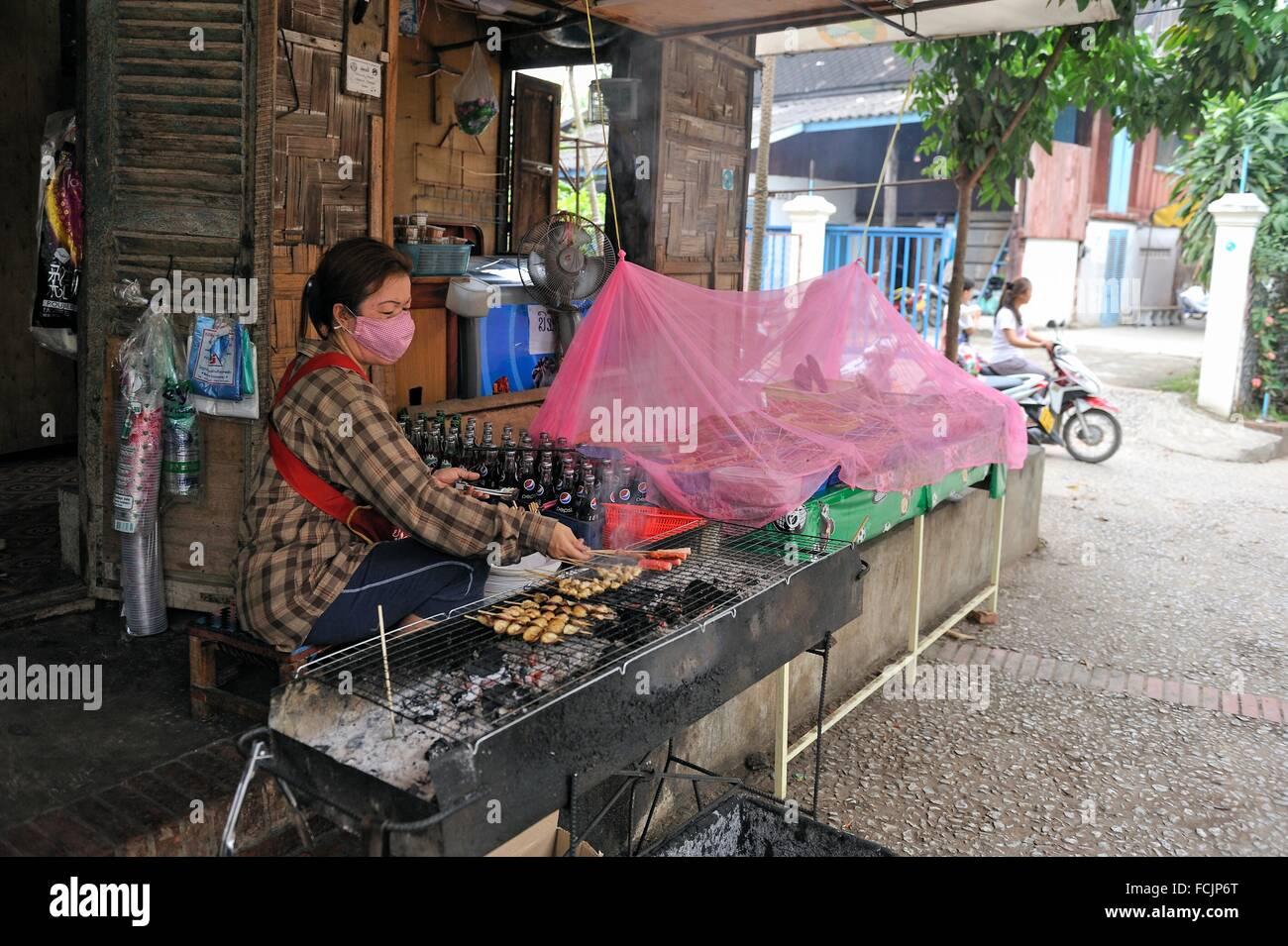 Spieße in ein billiges Restaurant, Luang Prabang, Laos, Südostasien. Stockbild