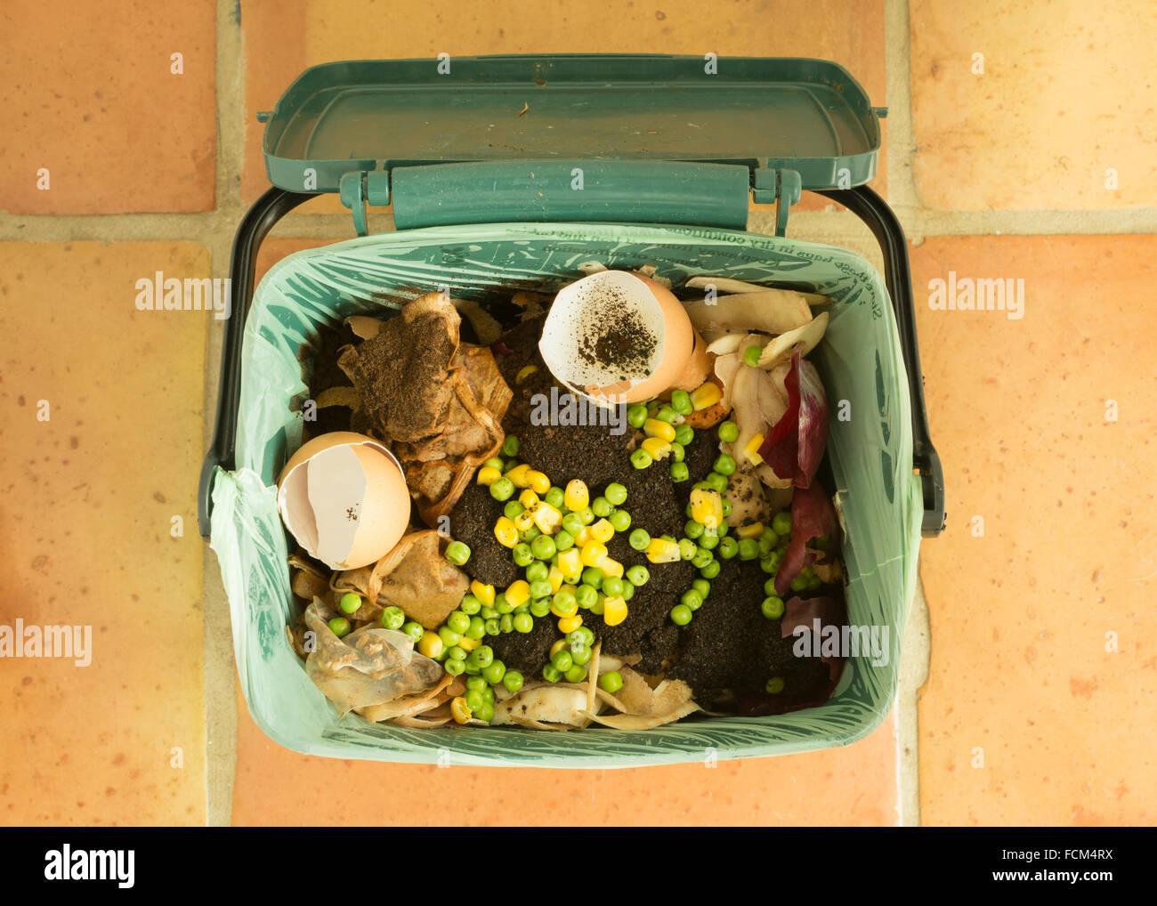 Speisereste - indoor Lebensmittel recycling Caddy voller Küchenabfälle für recycling oder Kompostierung Stockbild